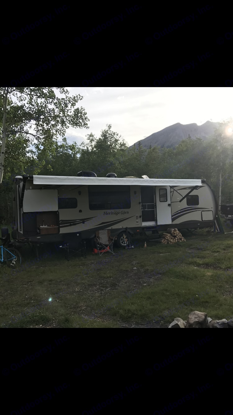 The outdoor kitchen allows you to spend more time in the great outdoors.  A camp chef Denali 3x grill and full cast iron cook set is provided to give you the capability to whip up a 5 star meal. Forest River Heritage Glen 2014