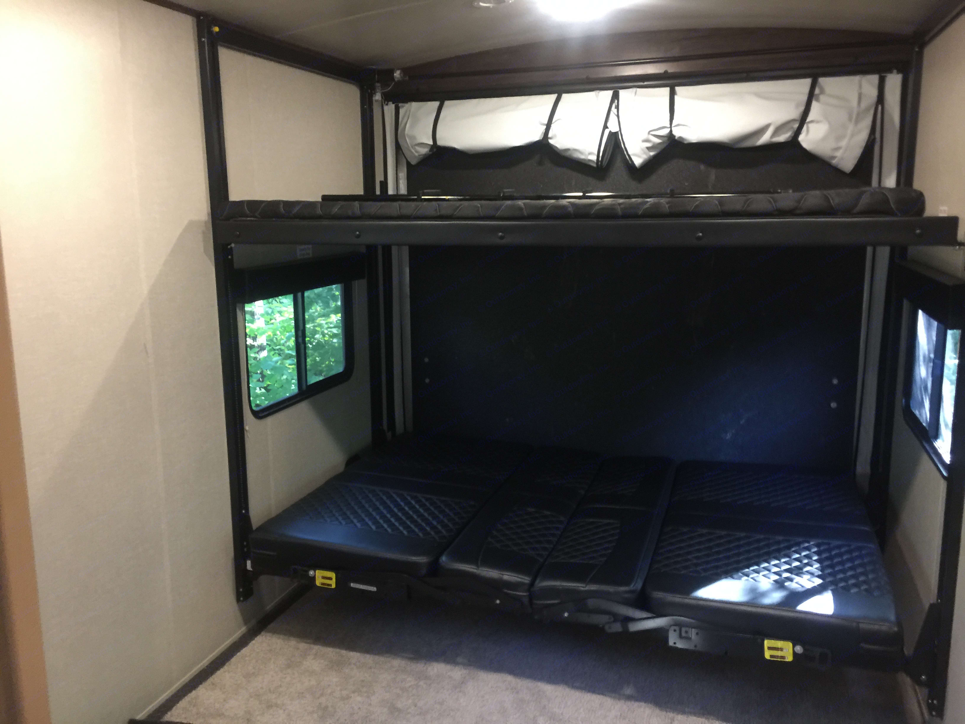 Garage with retractable queen beds inside dimensions 8'x12.5' 2k lb capacity . forest river Other 2017
