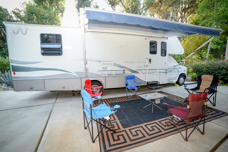 Full size canopy with rug and five chairs and table.. Winnebago Minnie Winnie 2001