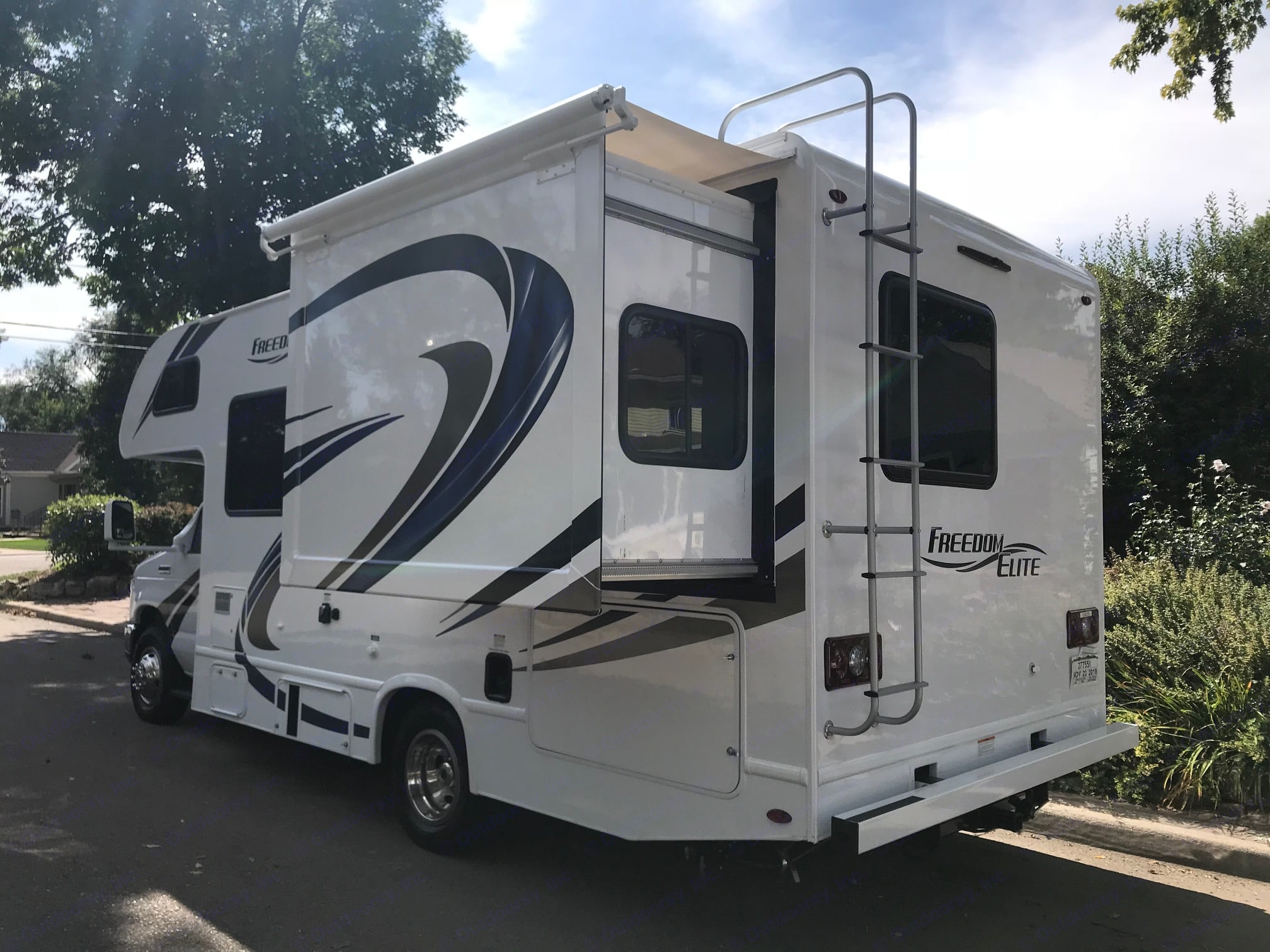 Slide out area is the bedroom which has 3 windows. Thor Motor Coach Freedom Elite 2019