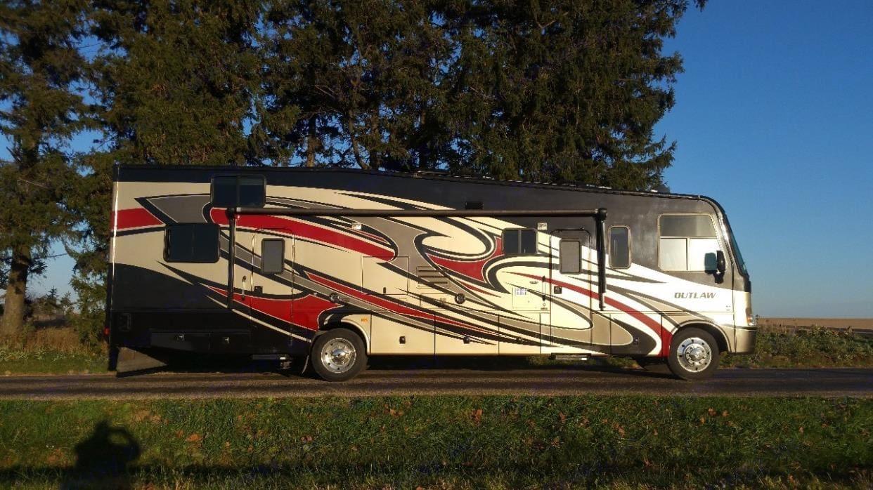 Thor Motor Coach Outlaw 2012
