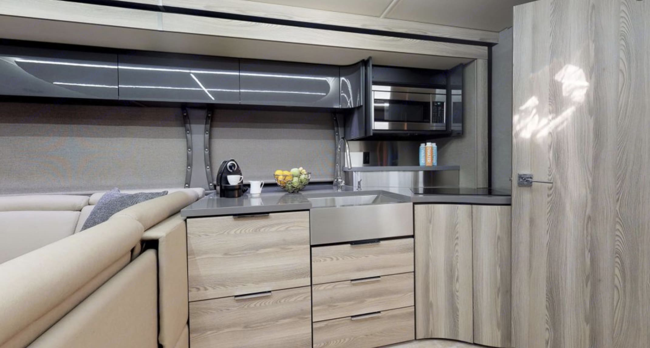 Gourmet Kitchen with 2 Burned cooktop. Convection Microwave, dishwater ++. Winnebago Horizon 2019