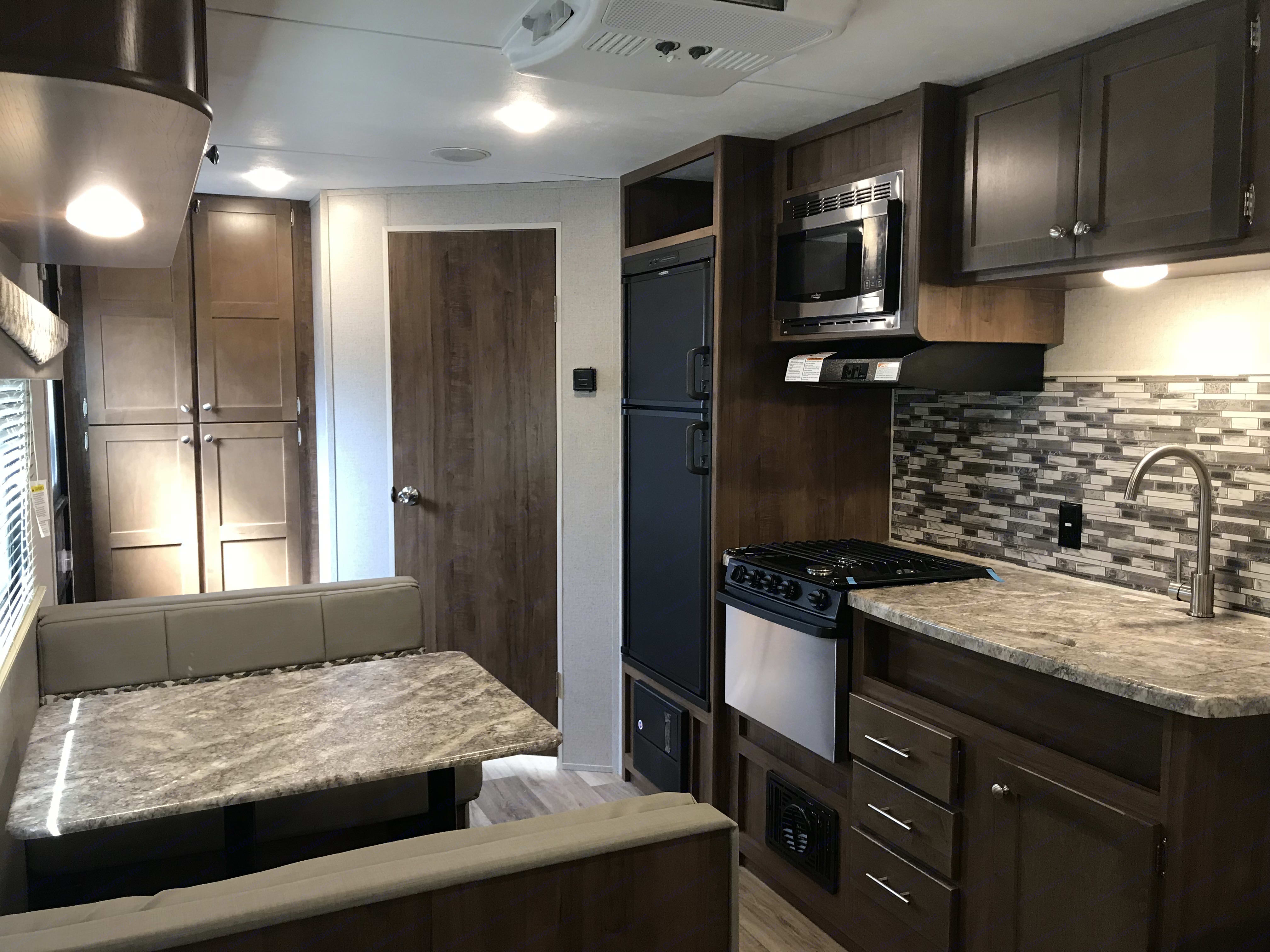 farm sink, microwave, stove w/range hood and oven, gas and electric refrigerator. ASPEN TRAIL 1900rb 2020