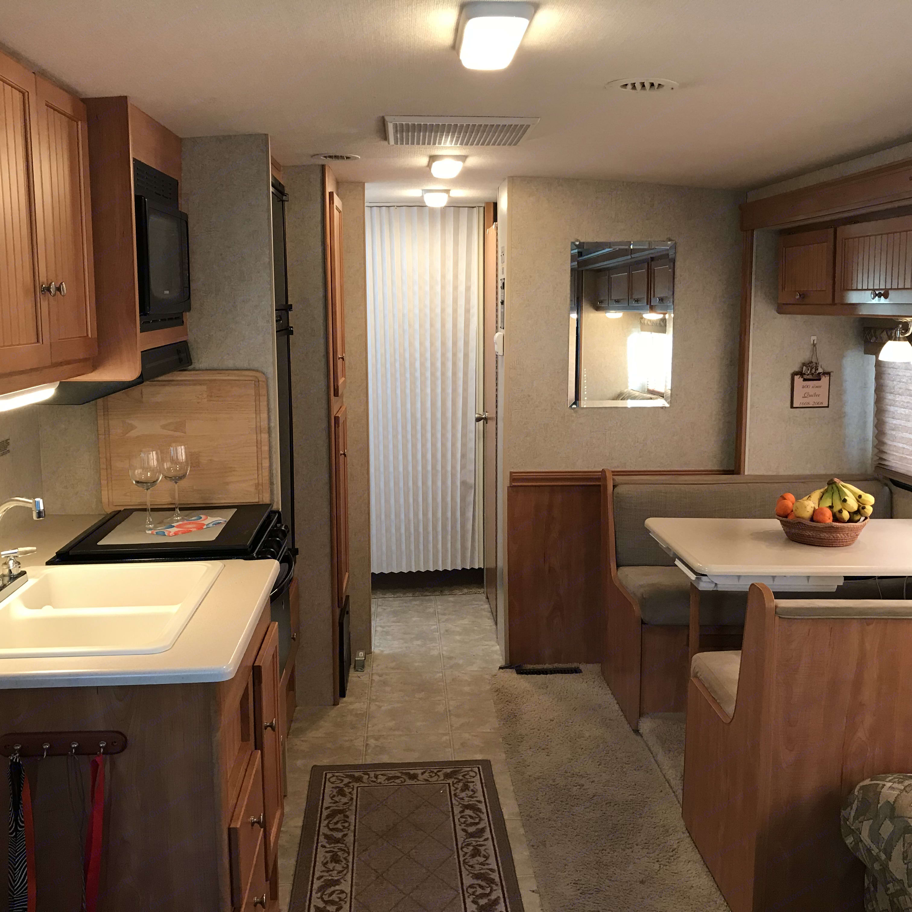 Time to eat in this lovely kitchen and dining area. Winnebago Vista 2007