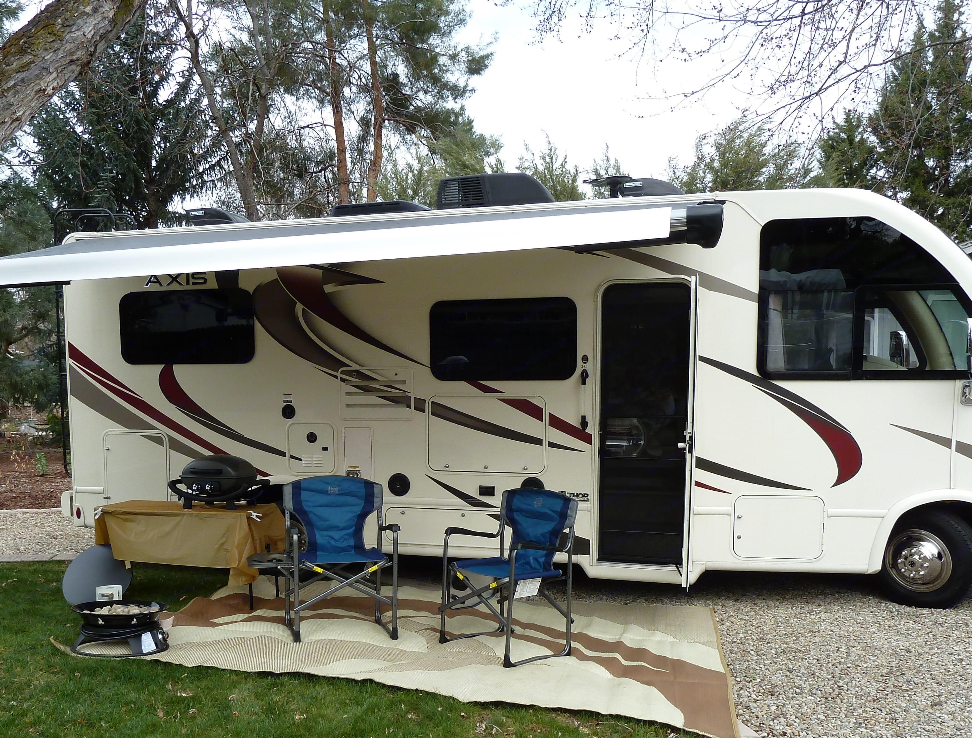 not too big and not too small. Accessories you see are included. Thor Motor Coach Axis 2018