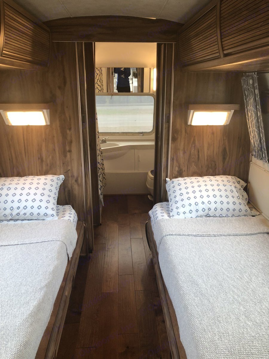 2 twins in bedroom. Airstream Excella 1983