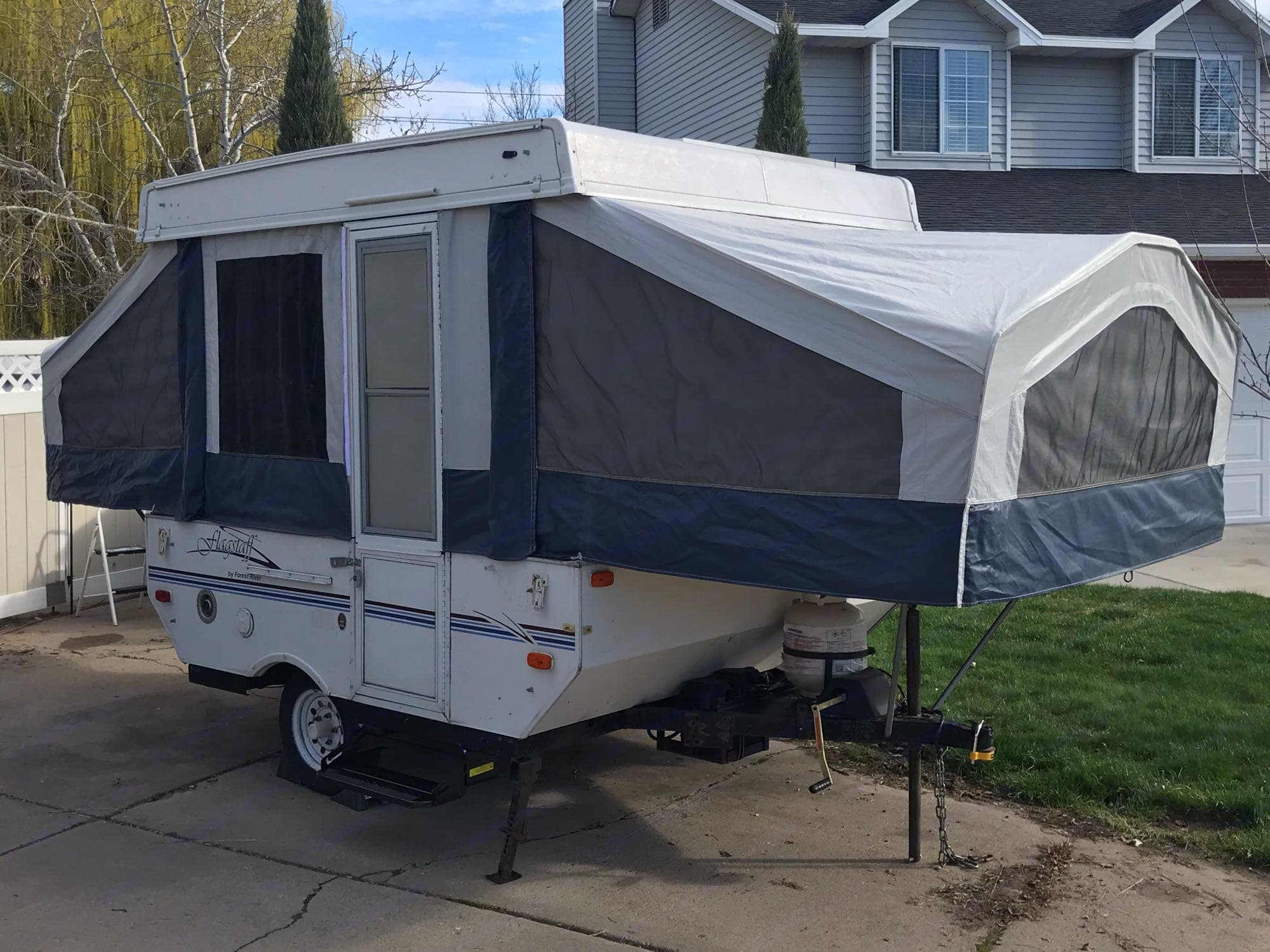 Compact with three beds, 4 to 5 people . Forest River Flagstaff 2002