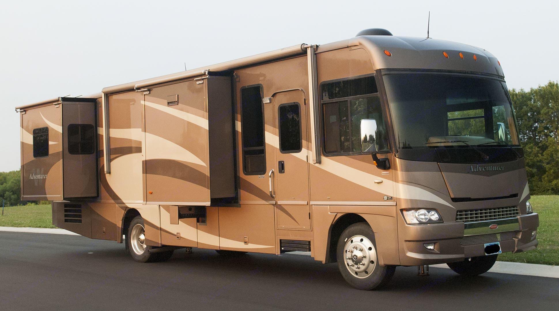 Passenger Side W/ Kitchen & Bedroom Slide-Out.  Large Basement Compartments.. Winnebago Adventurer 2008