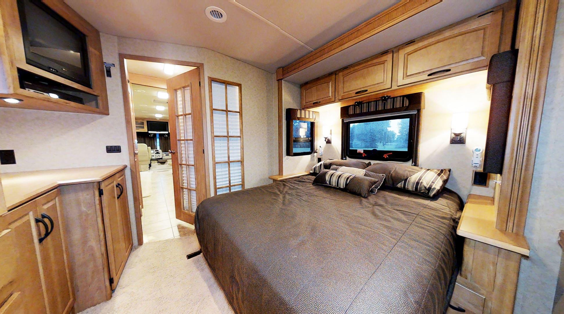 Queen Sleep Number Bed.  TV And DVD Player.. Winnebago Adventurer 2008