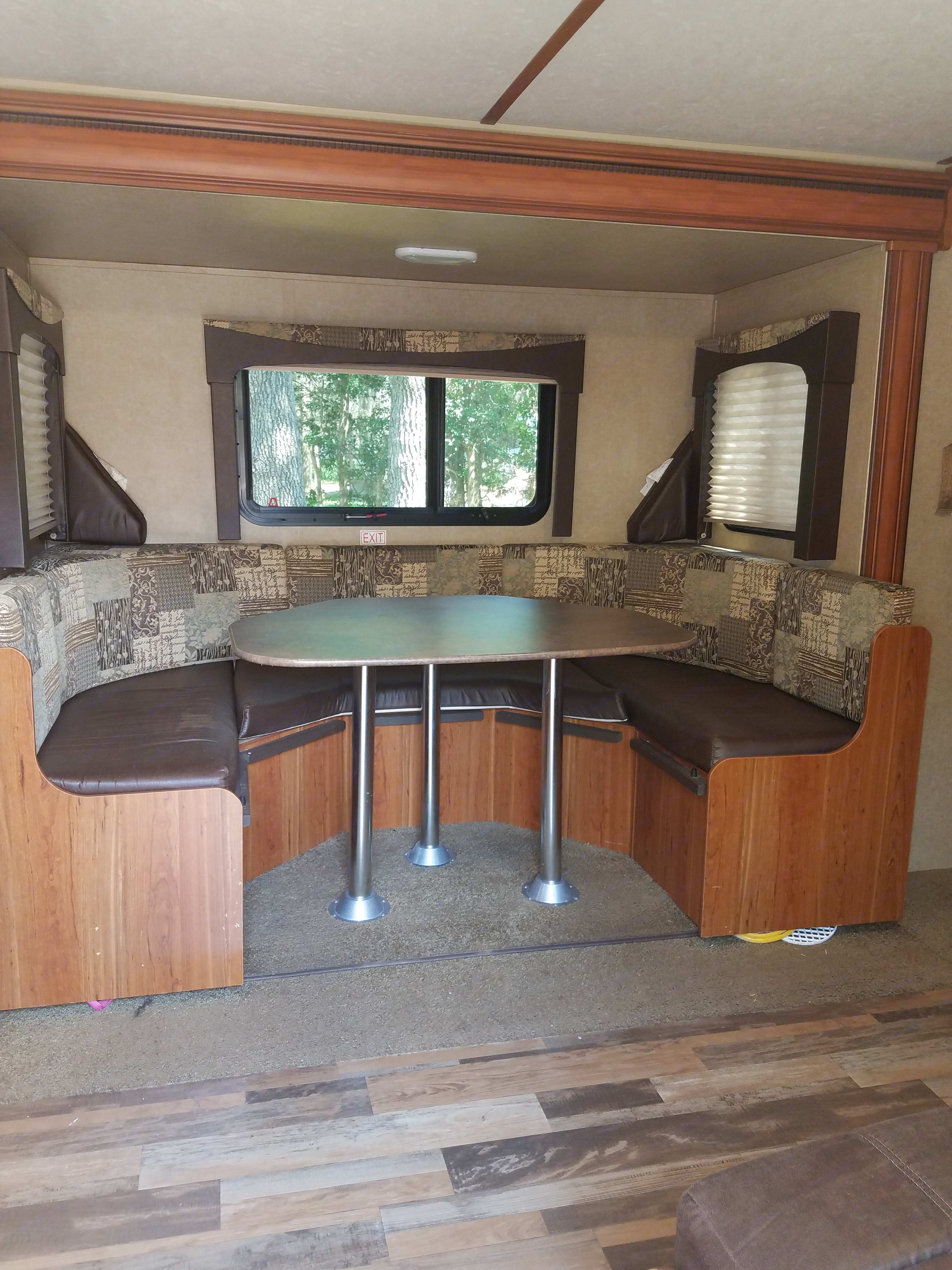 Perfect place for family dining or game night.. Starcraft Travel Star 2015