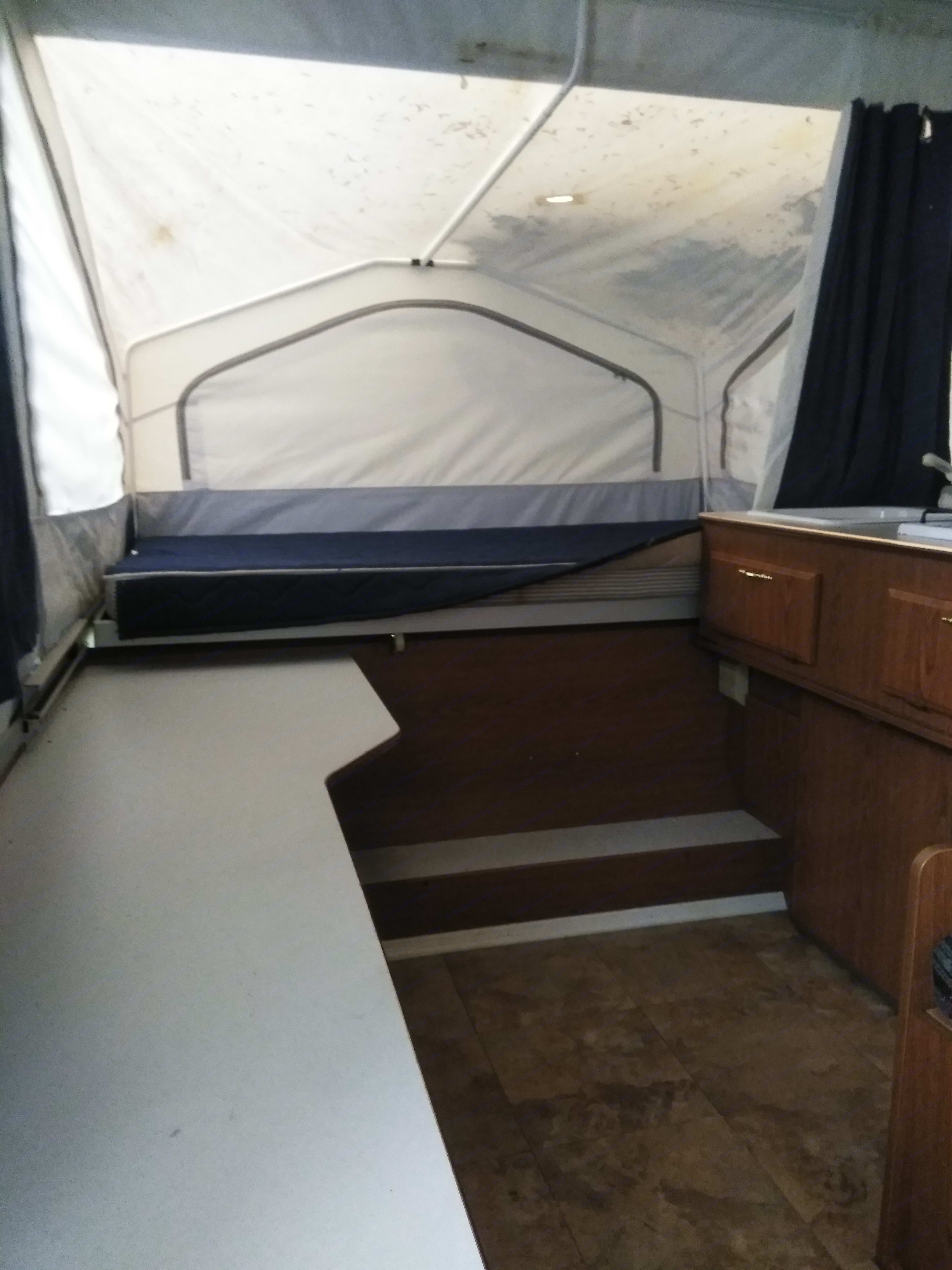 Xl twin bed. Forest River Flagstaff 2003