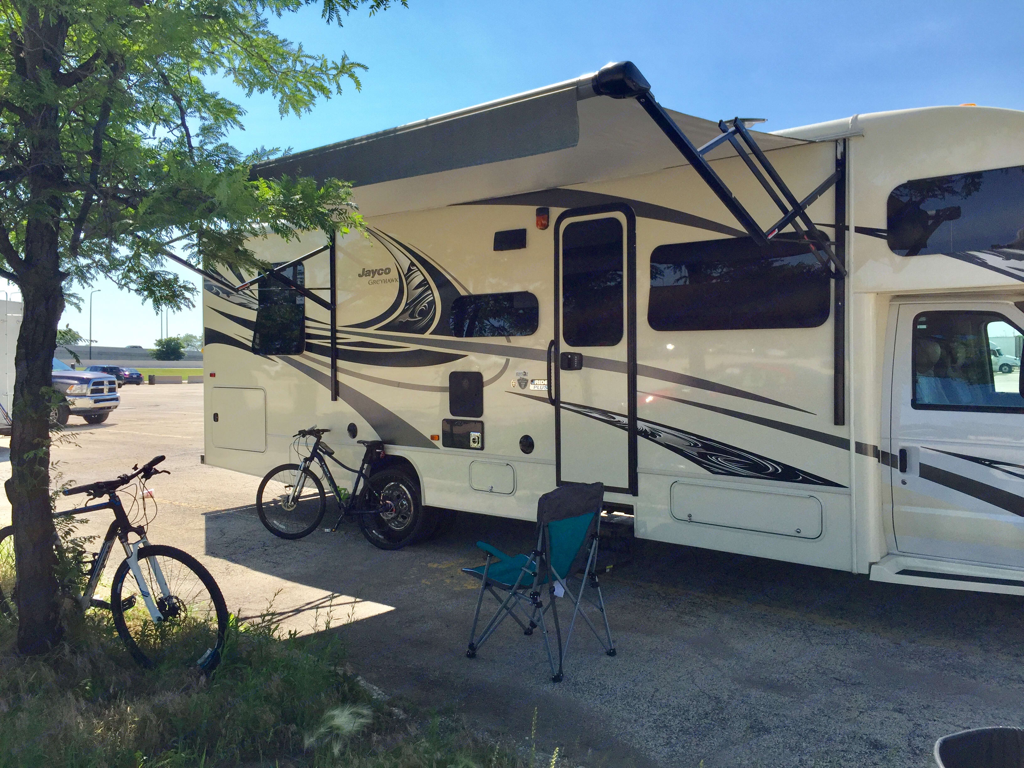 Take a break in the shade of the awning. Jayco Greyhawk 2017