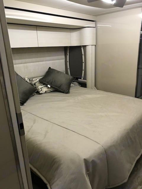 King size adjustable bed. Winnebago Horizon 2019