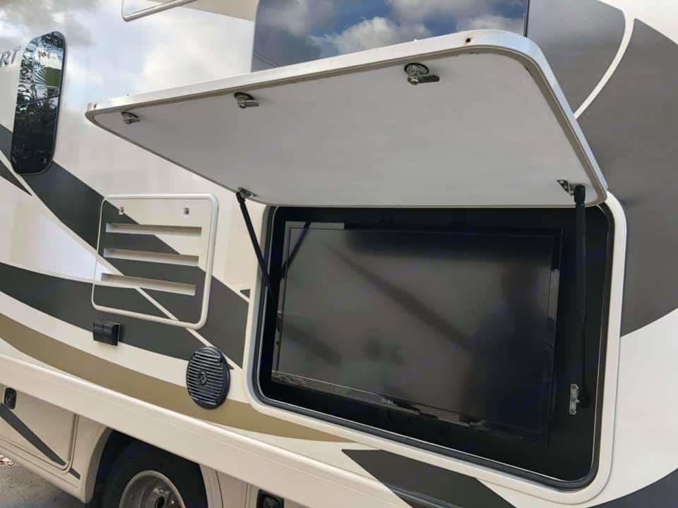 Outdoor TV receiving Antenna Signal. Thor Motor Coach Windsport 2015