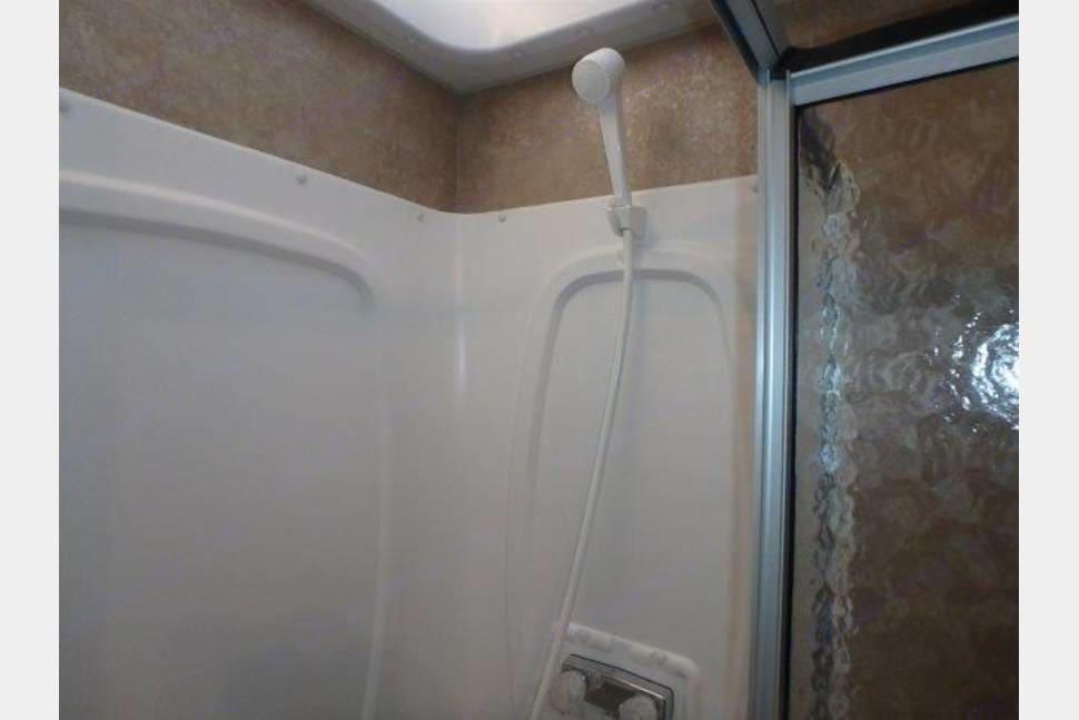 Shower. Winnebago Minnie Winnie 2015