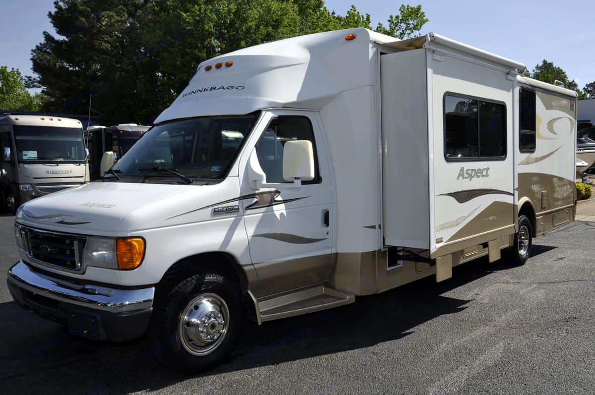 Low profile easy to drive C-Class with 2 slides, auto leveling and rear bath. Kitchen booth slide accommodating everyone for dinner. . Winnebago Aspect 2007