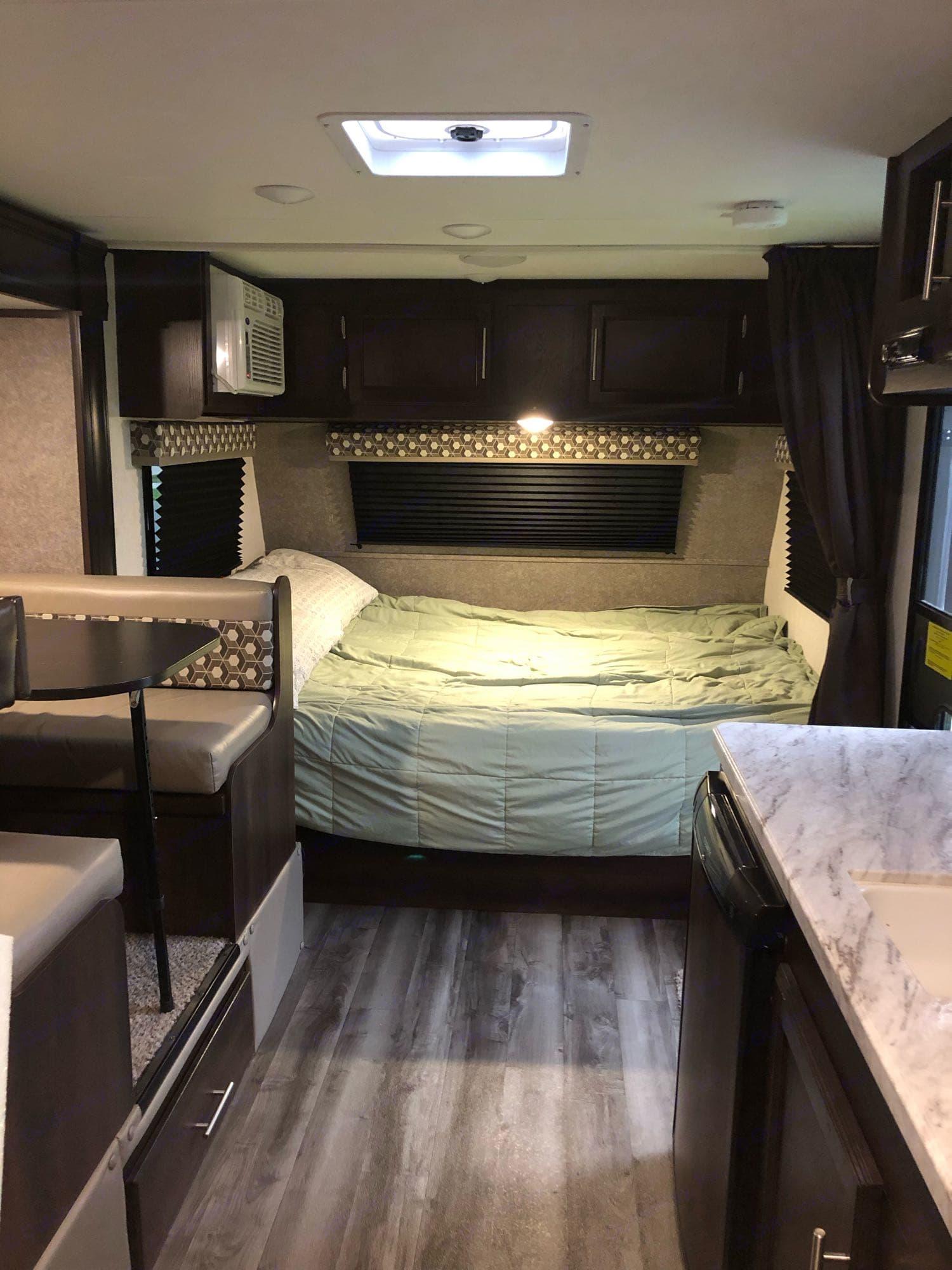 Queen bed. Jayco Baja 2020
