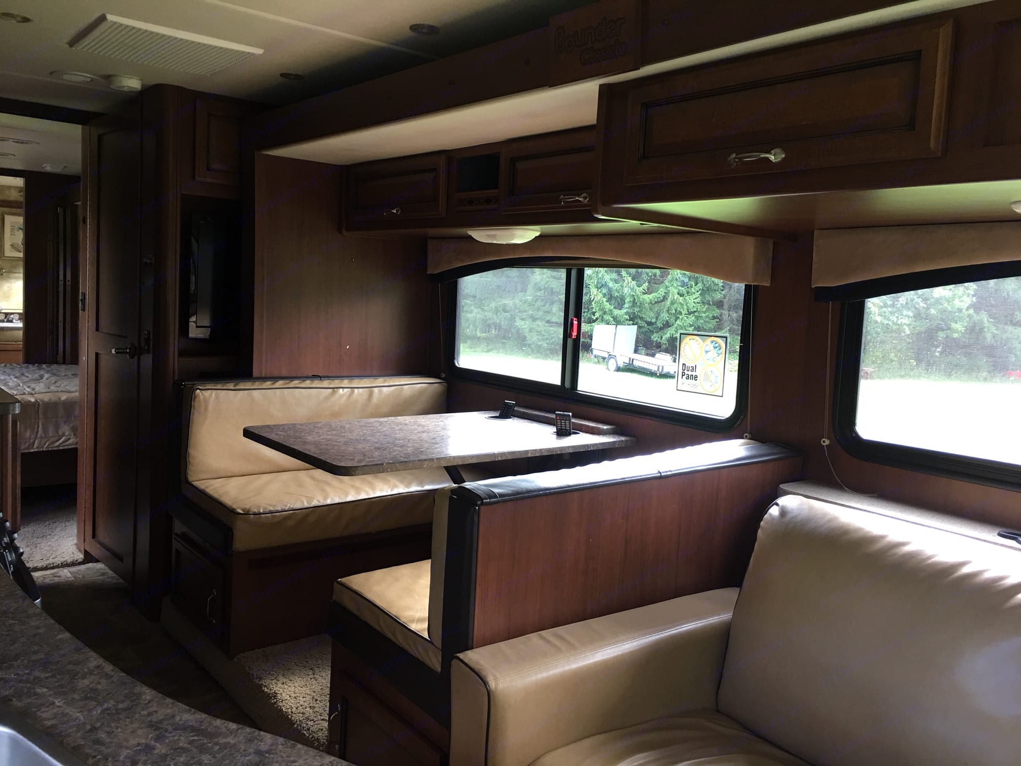 Large Dining Booth folds into bed long enough for 6' adult. Freightliner Other 2013