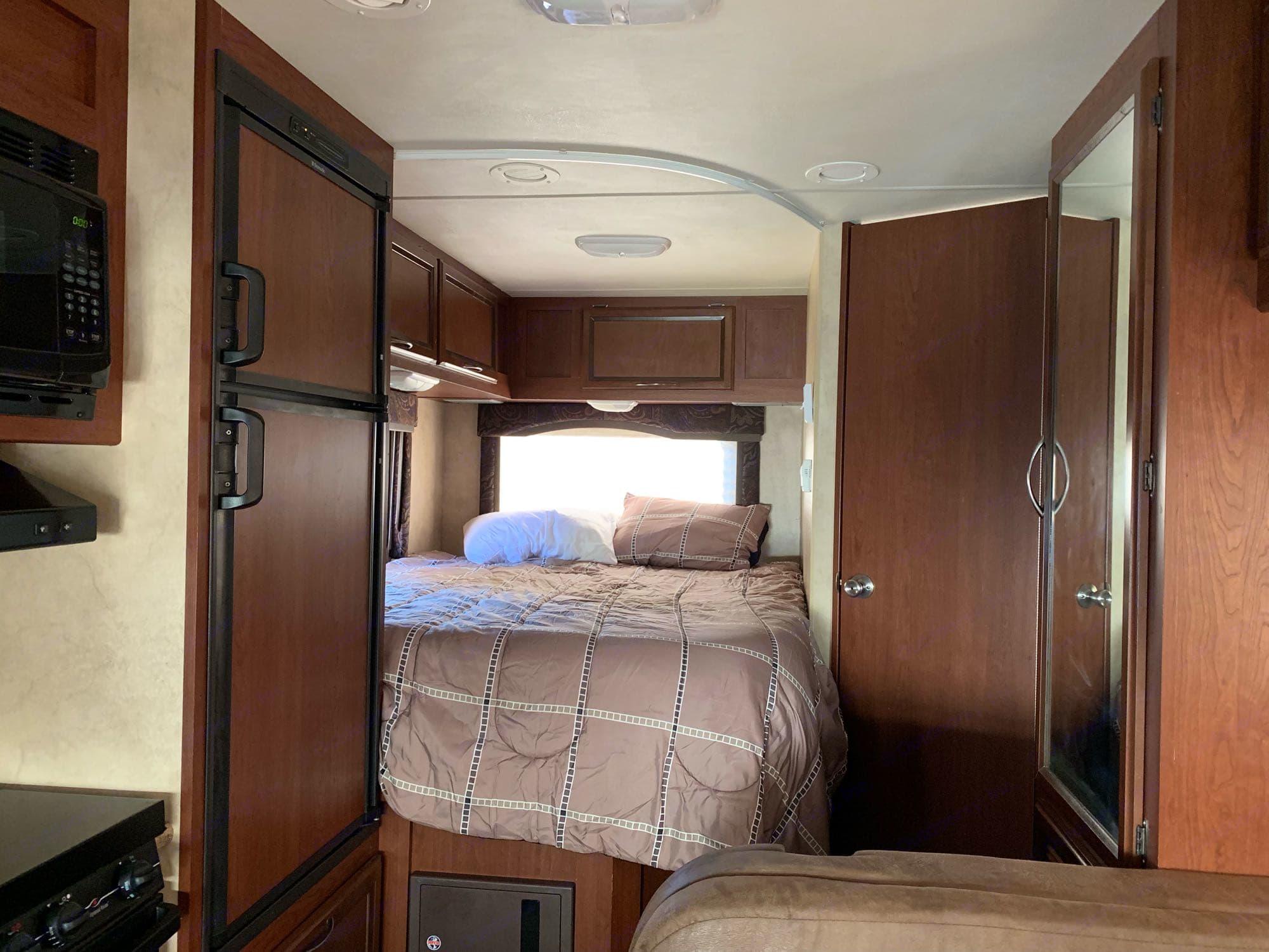 Queen bed. Thor Motor Coach Freedom Elite 2014