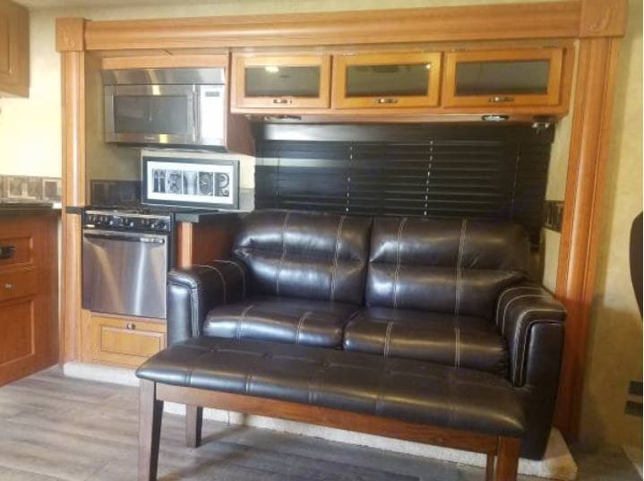 Pull out couch, Sleeps 2 . Forest River Georgetown GTX (Toyhauler) 2009