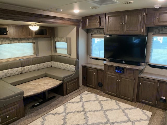 Rear Entertainment with Dinette. Forest River Flagstaff Super Lite 2019