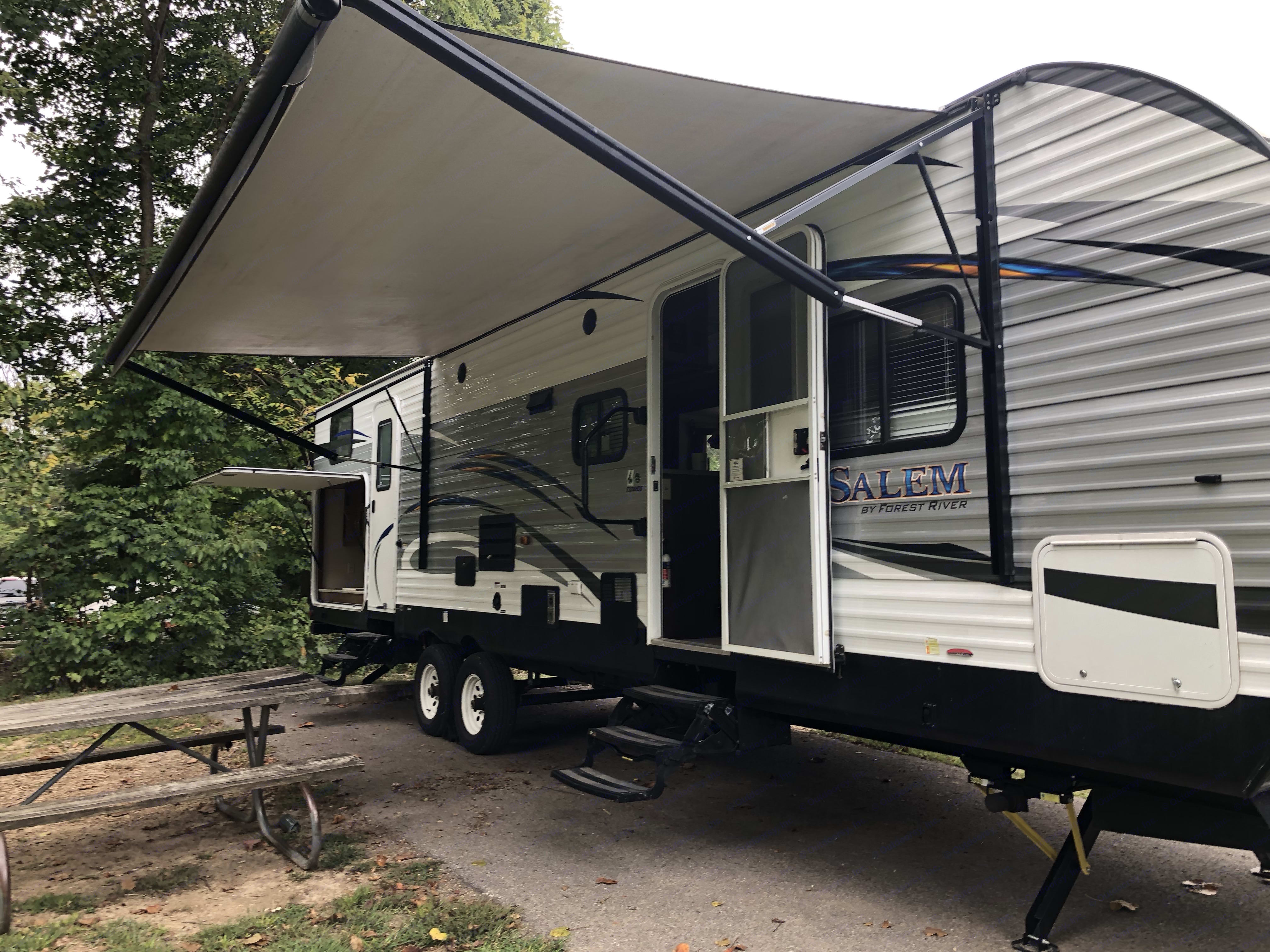 Power awning for those extra sunny days or just staying dry from the rain.. Forest River Salem 2018
