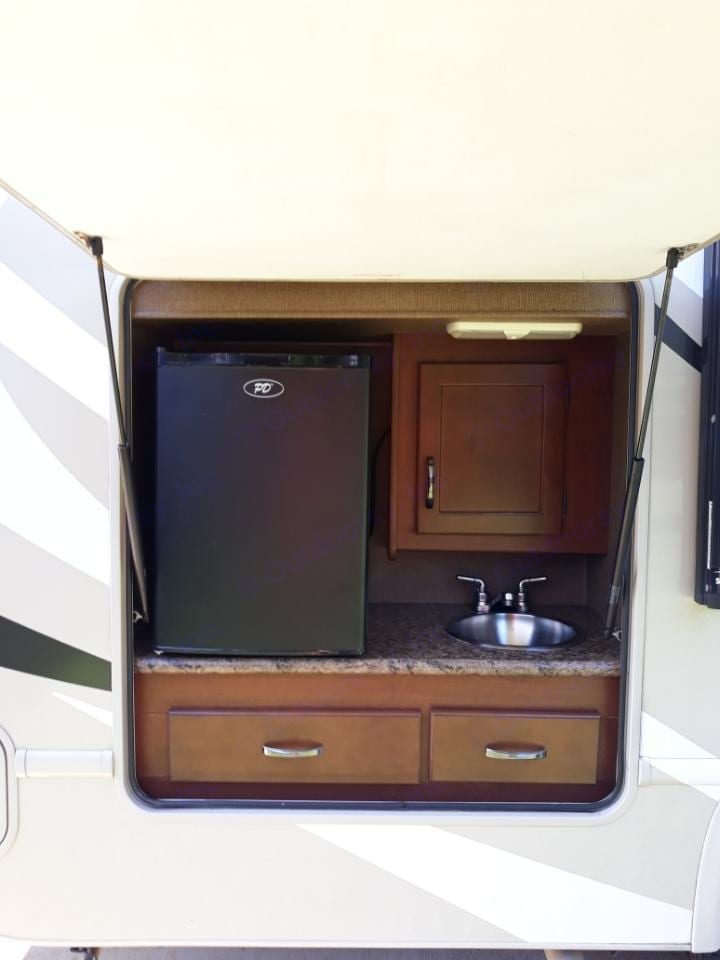Outdoor Kitchen. Thor Motor Coach Chateau 2017