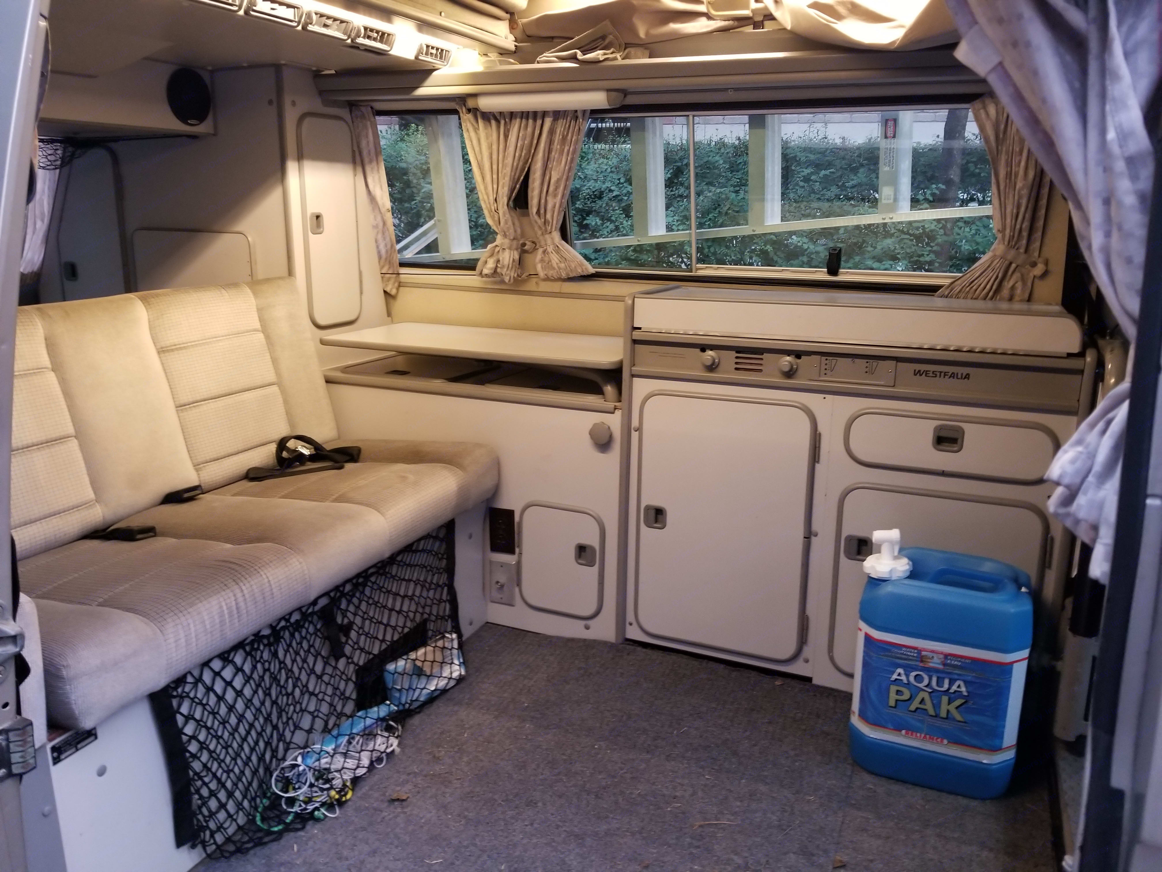 Superb interior design. 4 seats, 2 beds, fridge, stove and water tank. All kitchen facilities .... basic ... are included. plate, cutlery, pots, coffee maker ... and even if necessary the bowls of food for your dog;) During the cooler period, alternative heating is included. * Propane is not included. A full tank, about $ 8 CAD, has a autonomy of 10 days.. Volkswagen T3 Westfalia 1991