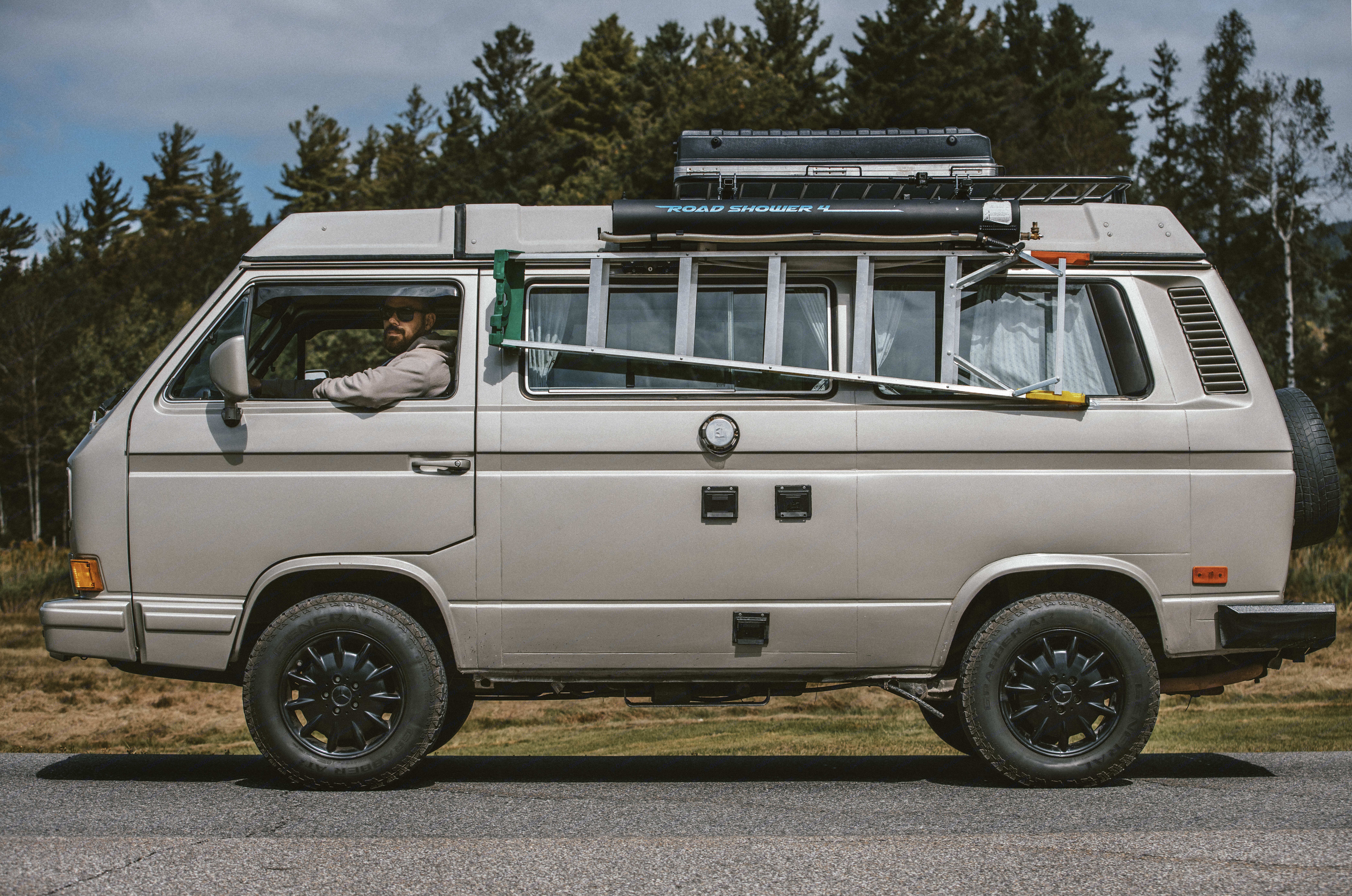 Badass roadshower, perfect for offgrid camping. 7 gallons of hot water, around 8 min of pressurize shower.. Volkswagen T3 Westfalia 1991