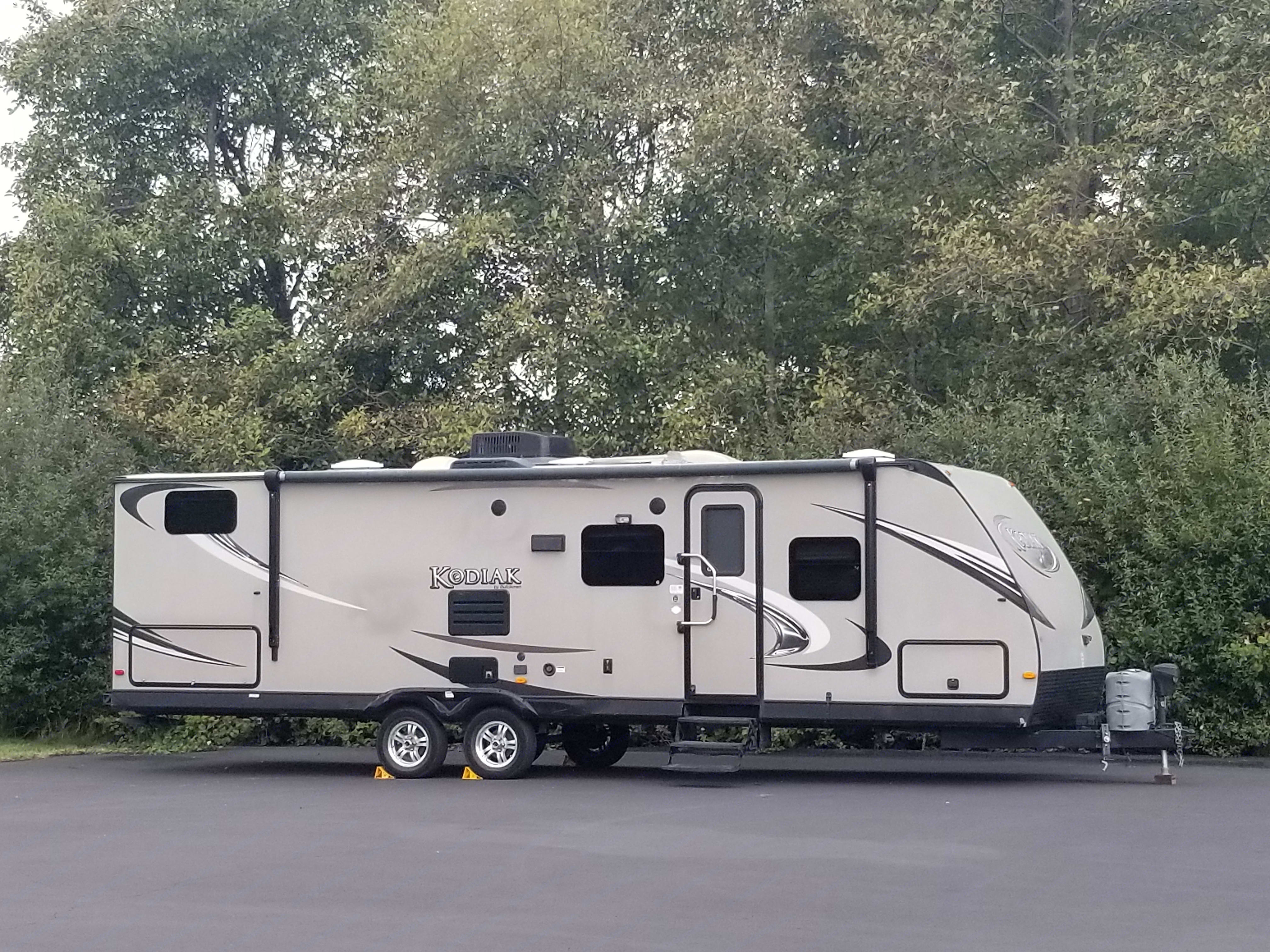 2012 Kodiak 29bkhs travel trailer by Dutchmen. Entry with outdoor awning, outdoor kitchen, outdoor stereo speakers and TV hook up. Front storage entire width of the camper.. Coachmen Kodiak 2012