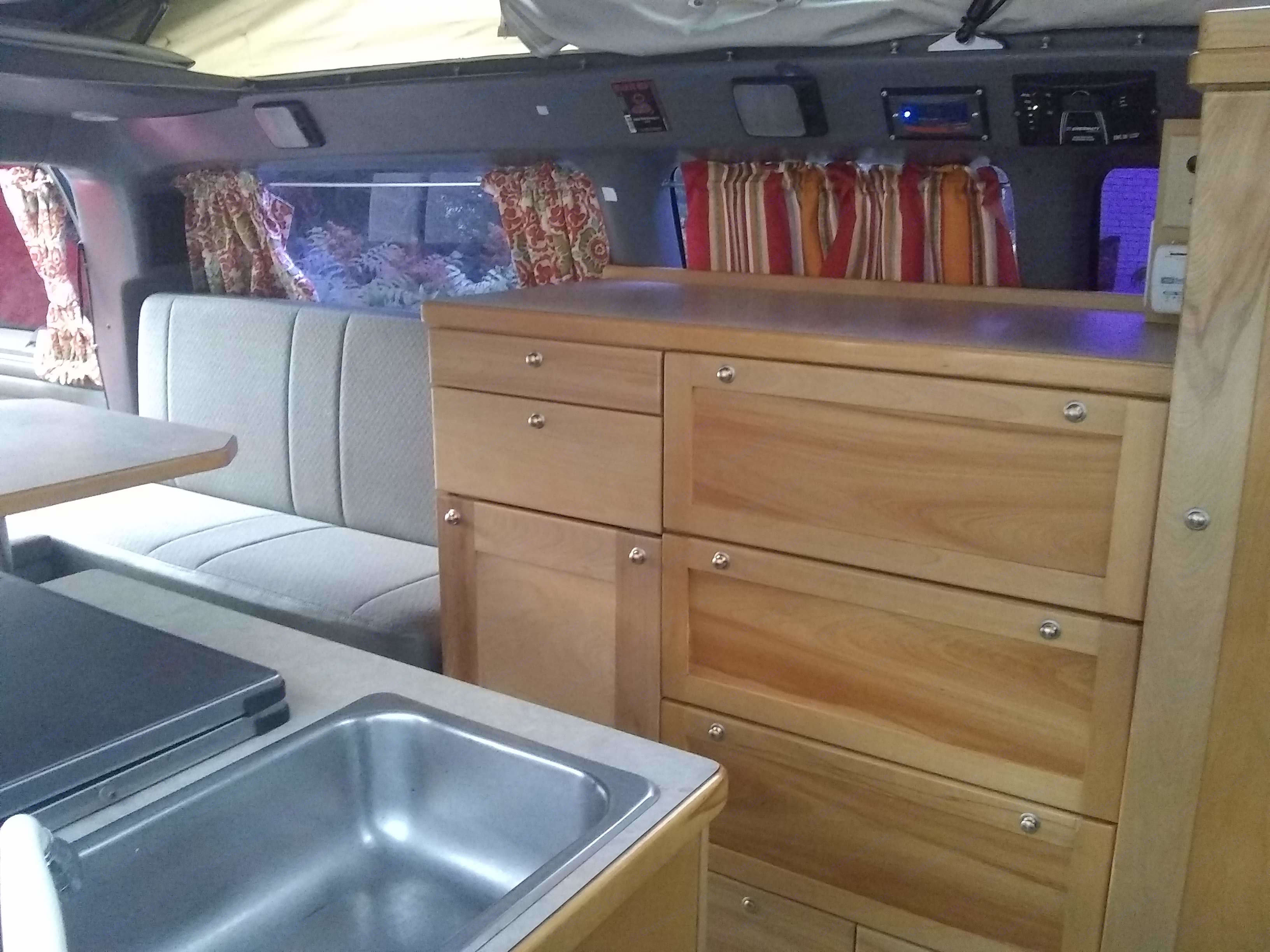 The fridge (12 and 110 V), 2 burners cook top (propane) and sink (hot and cold) are on the passenger side. . Chevrolet New-west 2000