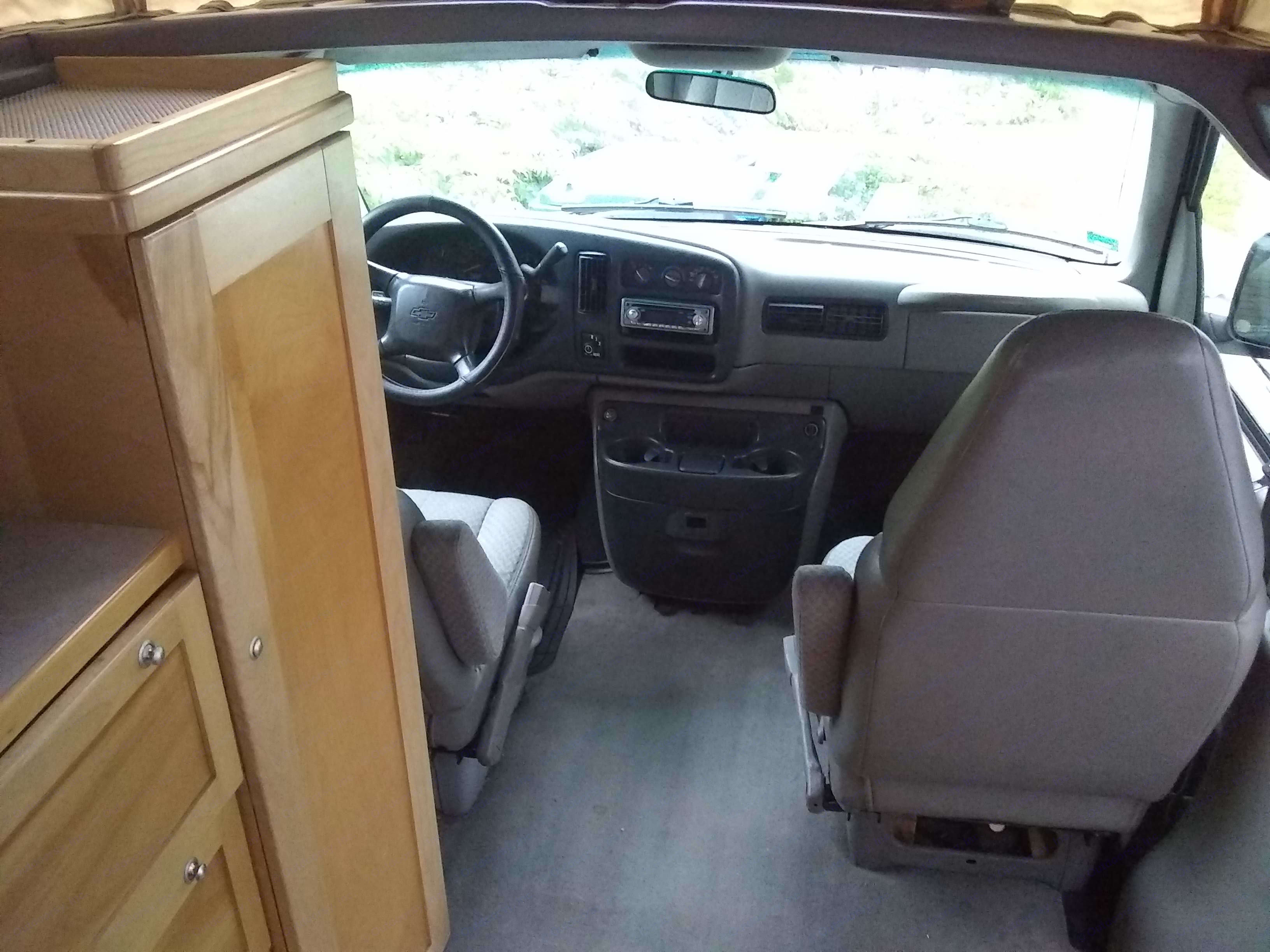 There are curtains for the front windows or has a divider just behind the front seat. Chevrolet New-west 2000