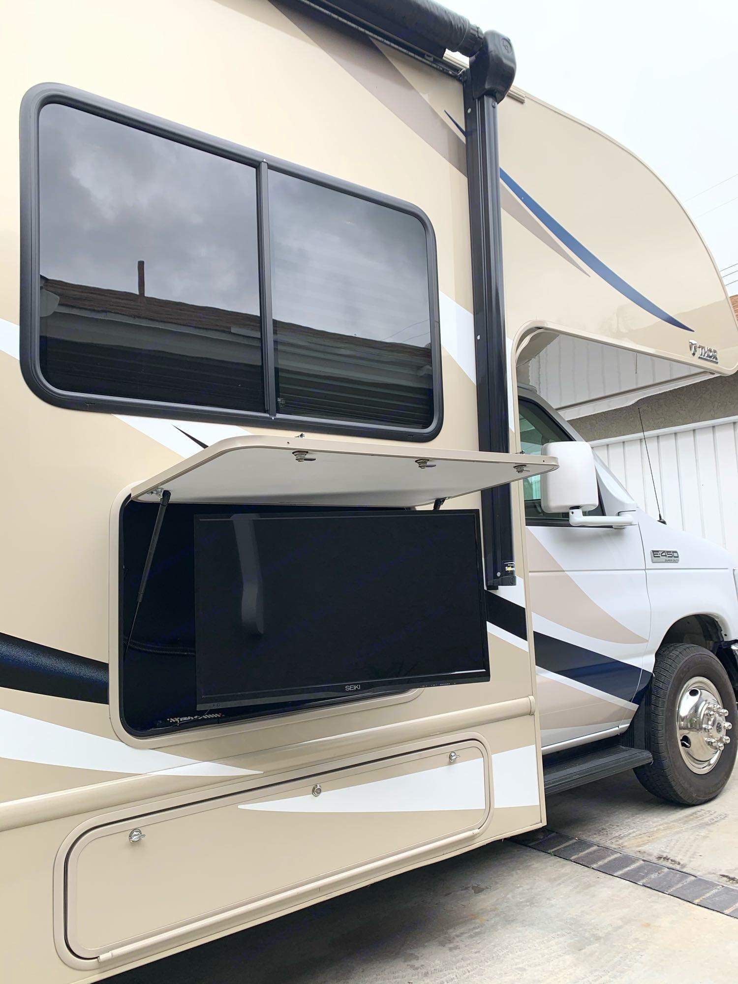 Outdoor TV. ThorMotorCoach FourWinds 2017