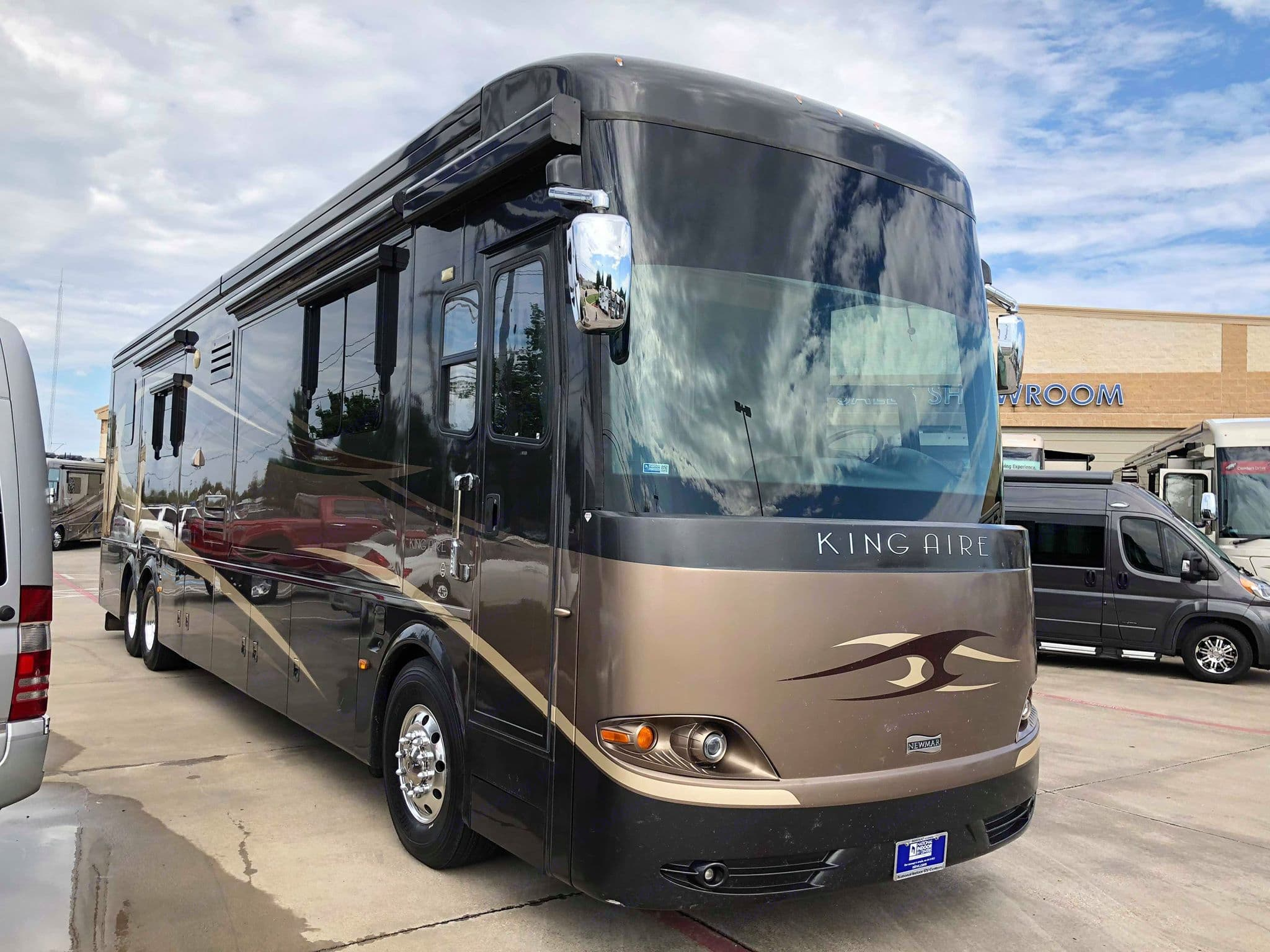 Two integrated awnings provide shade the full length of the coach, separate door awning keeps you dry as you enter the coach.. Newmar King Aire - 4561 - bath + 1/2 bath 2008