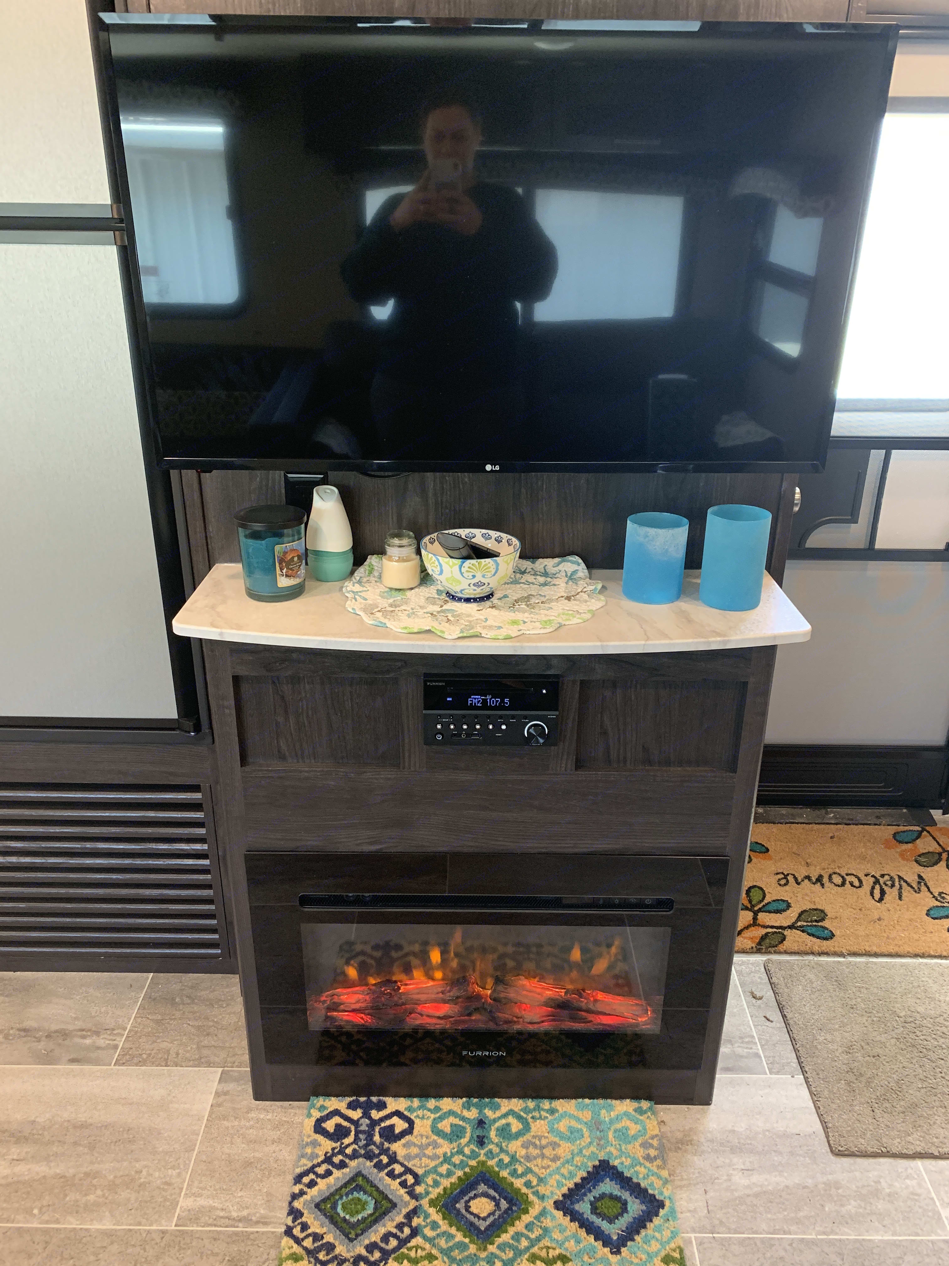 Fireplace and TV. Dutchmen Kodiak 2019