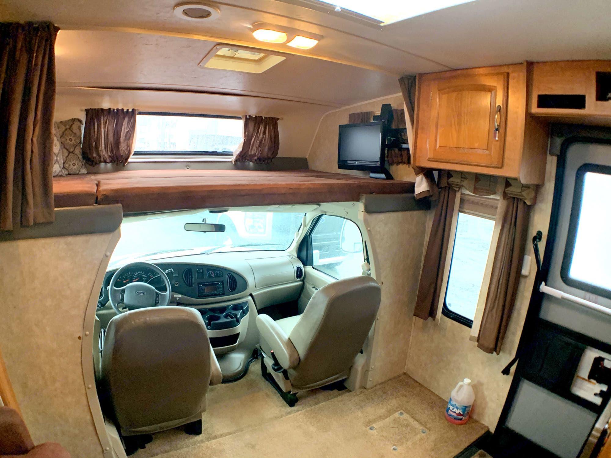 Overhead bunk w/Flat screen TV. Coachmen Freelander 2009