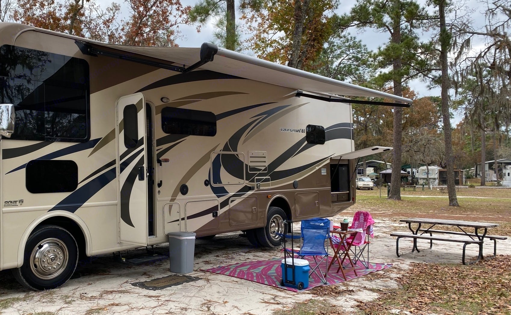 Outdoor Kitchen, Power awning, automatic leveling system. Thor Motor Coach Windsport 2017