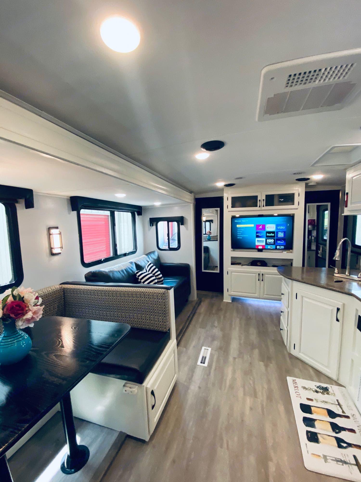 Living Room. Forest River Palomino Soloair 317 BHSK 2018