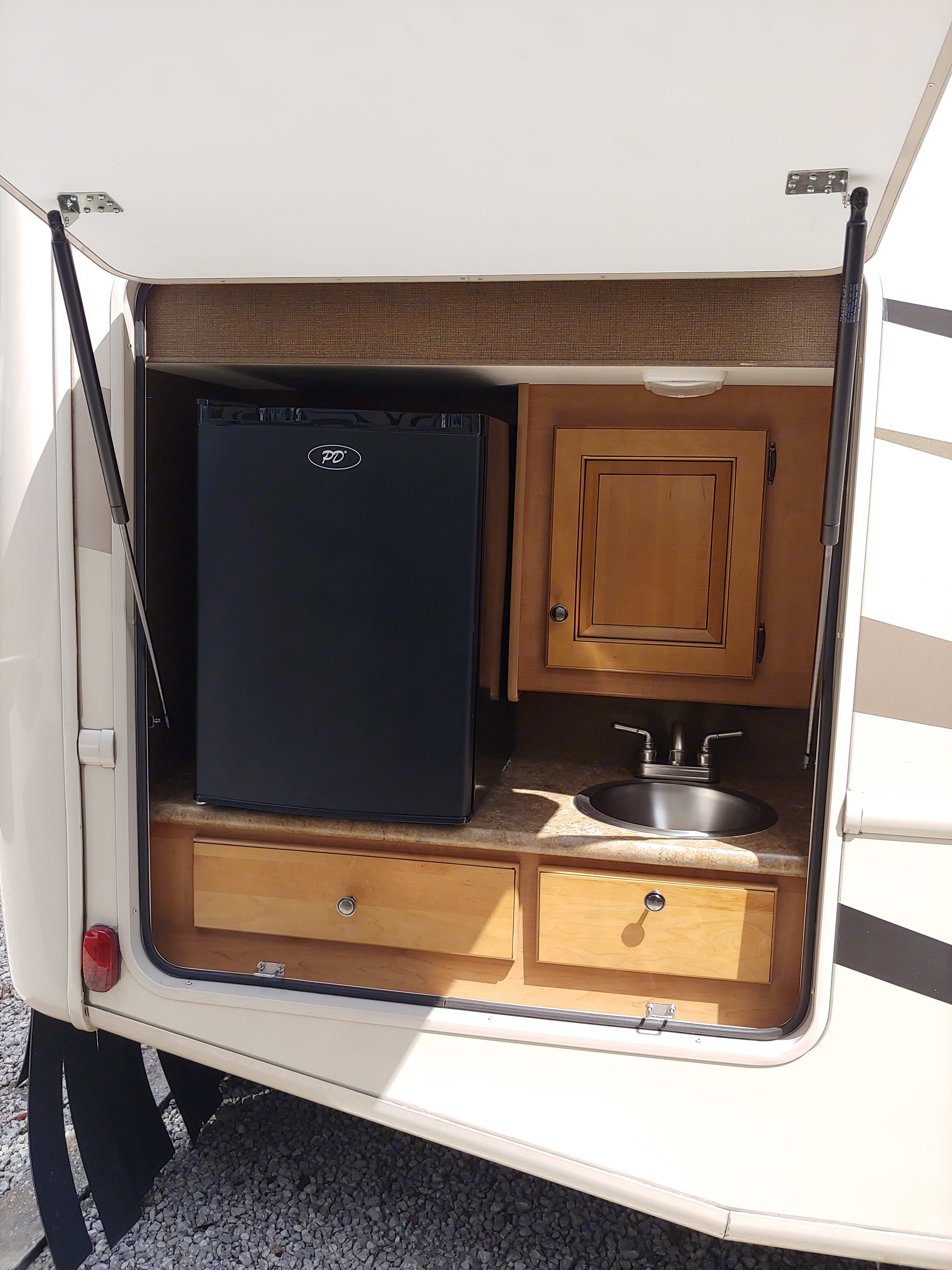 Outdoor Kitchen. Thor Motor Coach Windsport 2016