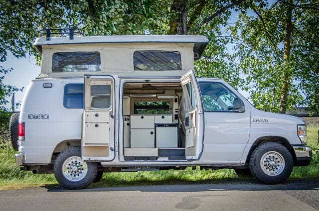 """6'8"""" inside. 2 beds and full kitchen.. Ford Econolline 250s 2011"""