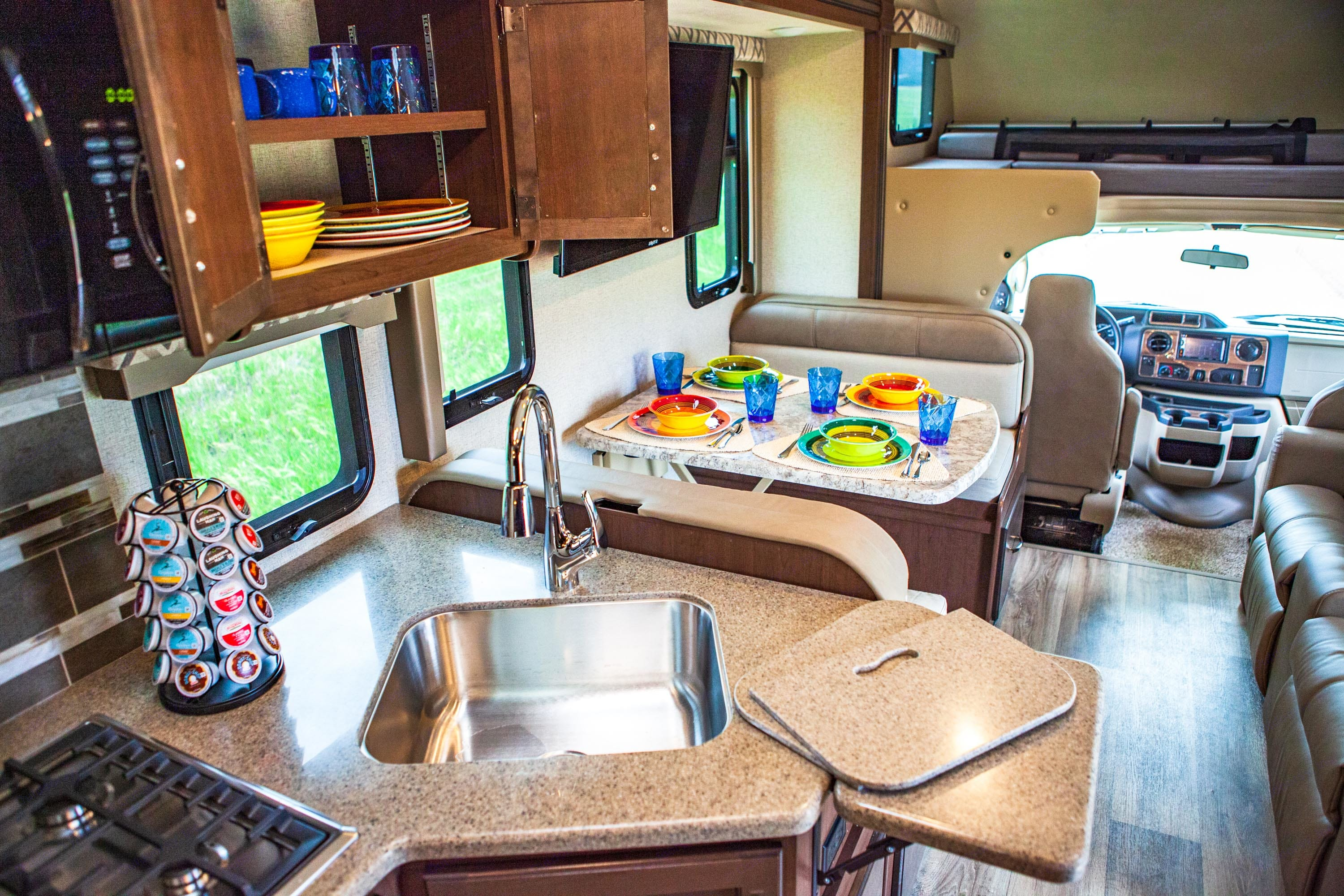 Also stocked with Keurig Coffee Maker w/ Coffee Selection & Creamers, Toaster, Food Storage Containers, Set of Mixing/Serving Bowls and more. Thor Motor Coach Four Winds 2020