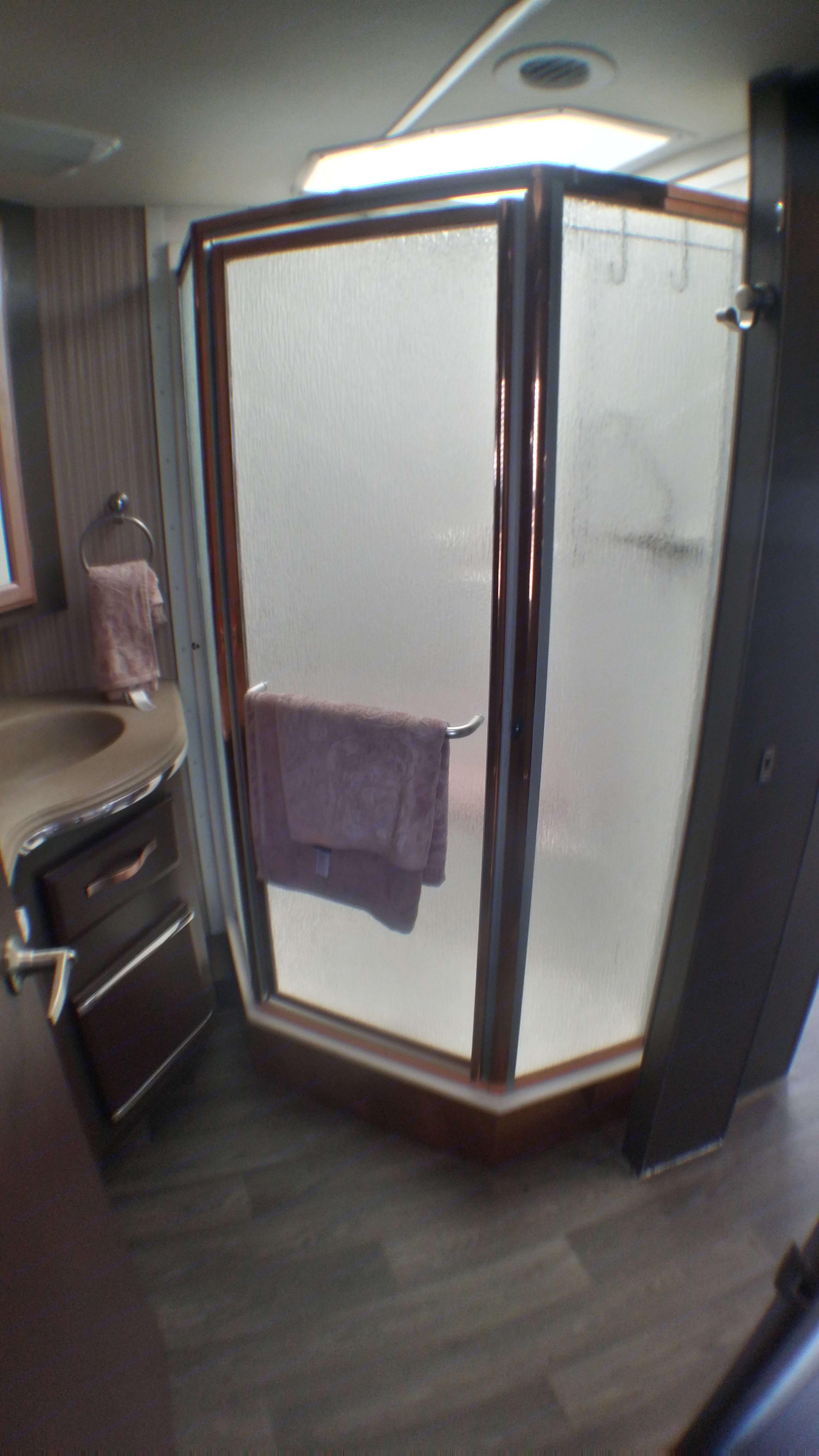 full size shower. Coachmen Santara 3690 2004