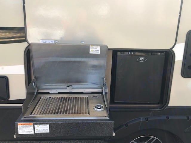 Outdoor kitchen. Keystone Cougar Half-Ton 2019