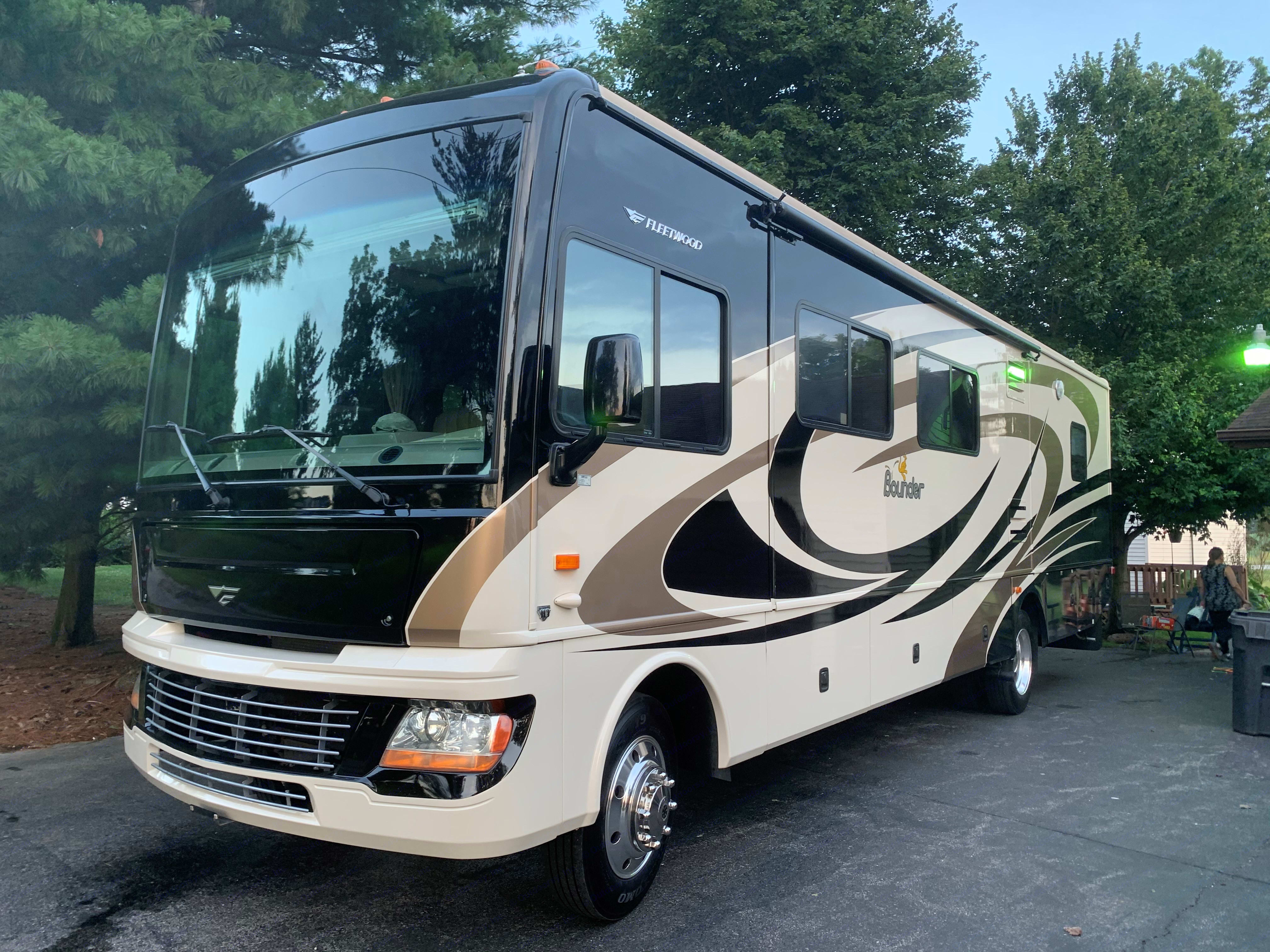 Beautiful well-maintained Class A Motorhome. Fleetwood Bounder 2009