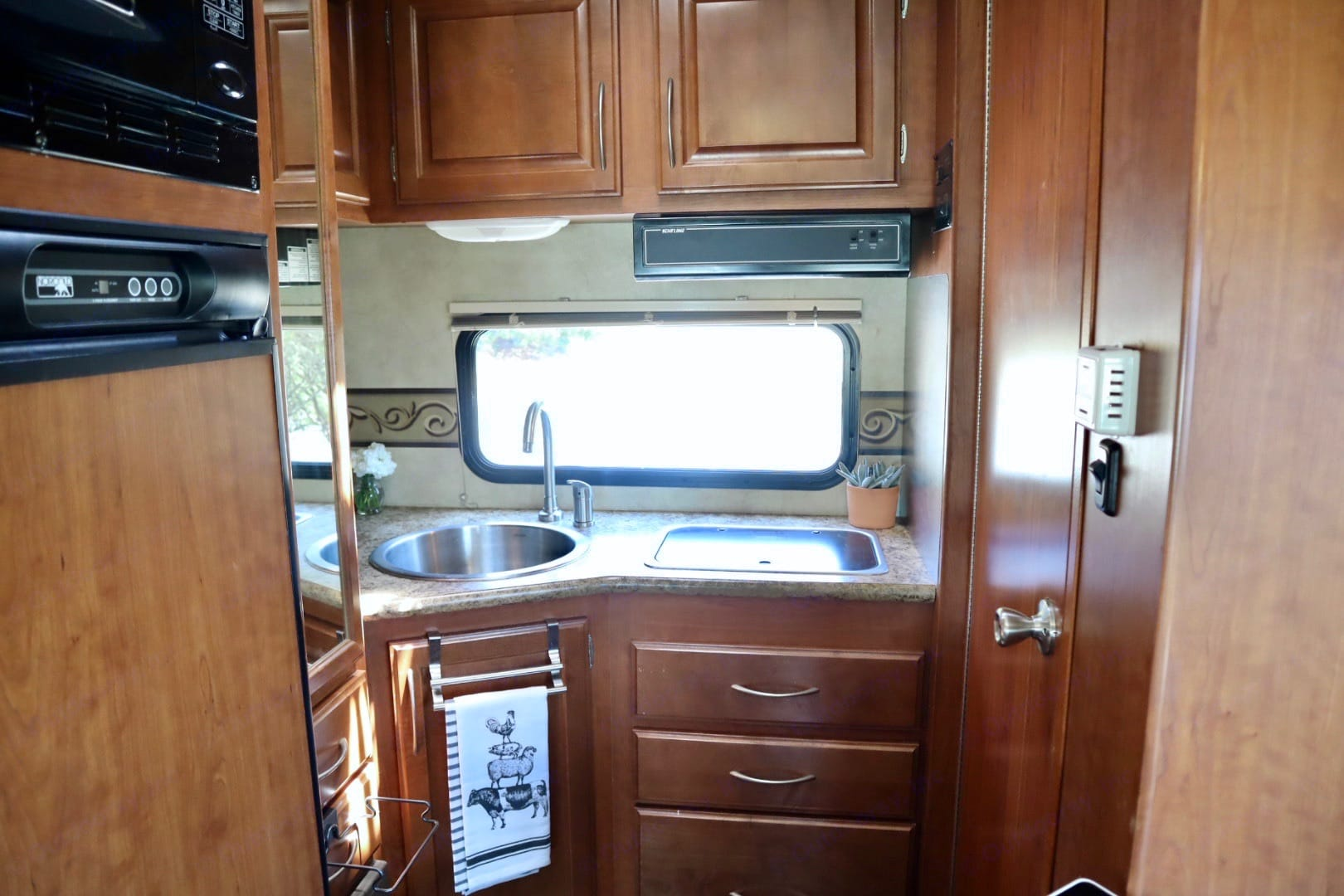 kitchen. Thor Motor Coach Four Winds Majestic 2011