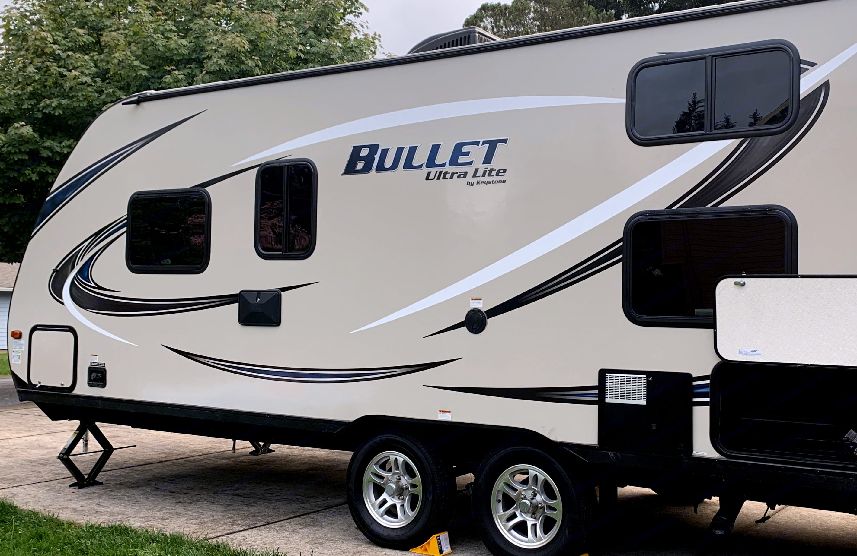 Light weight! With all the amenities - outdoor grill, shower, speakers!. Keystone Bullet 2017