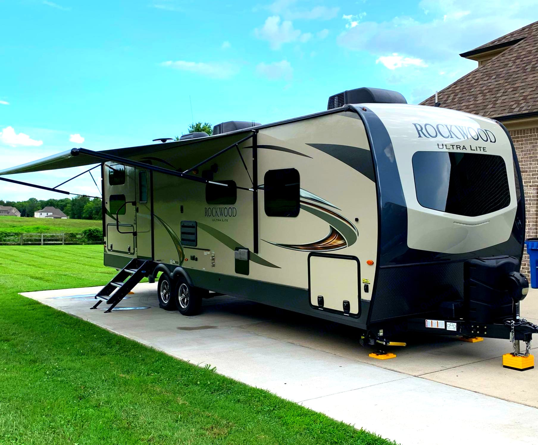 21 foot awning, pass-thru storage, outdoor kitchen ,outdoor TV mount and speakers, grill and table attachments. Power jack and stabilizers.. Forest River Rockwood Ultra Lite 2020