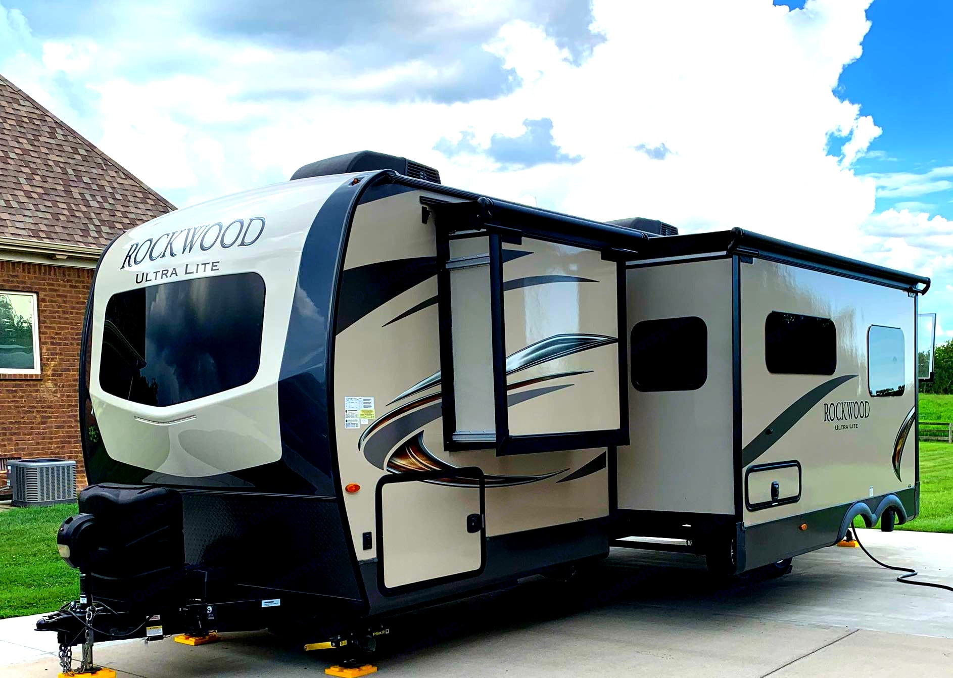 2 slides both on driver's side.  Tinted seamless windows with day/night shades. Outdoor shower to rinse off the day.. Forest River Rockwood Ultra Lite 2020