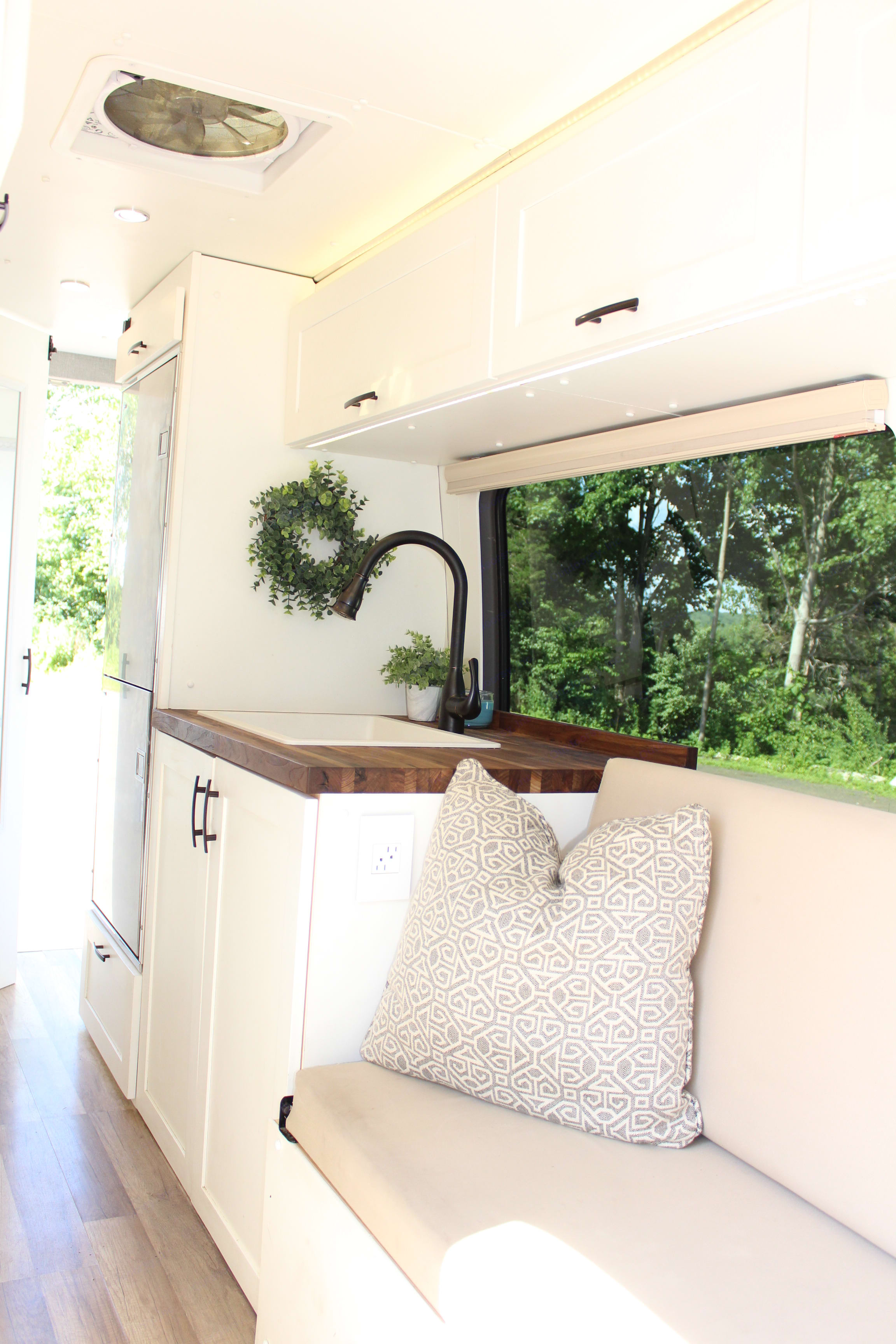 Three large windows (over sink, bench/bed and slider door) with blinds allow you to enjoy your views while also letting in plenty of light. Mercedes Sprinter 2014