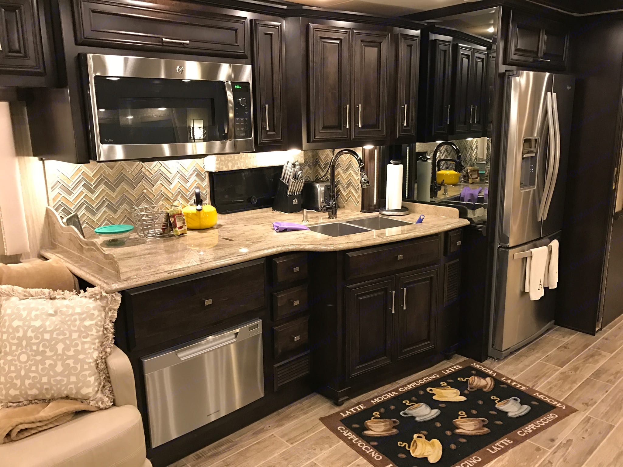 Solid surface counters, dishwasher, convec micro/oven. Newmar Dutch Star 2017